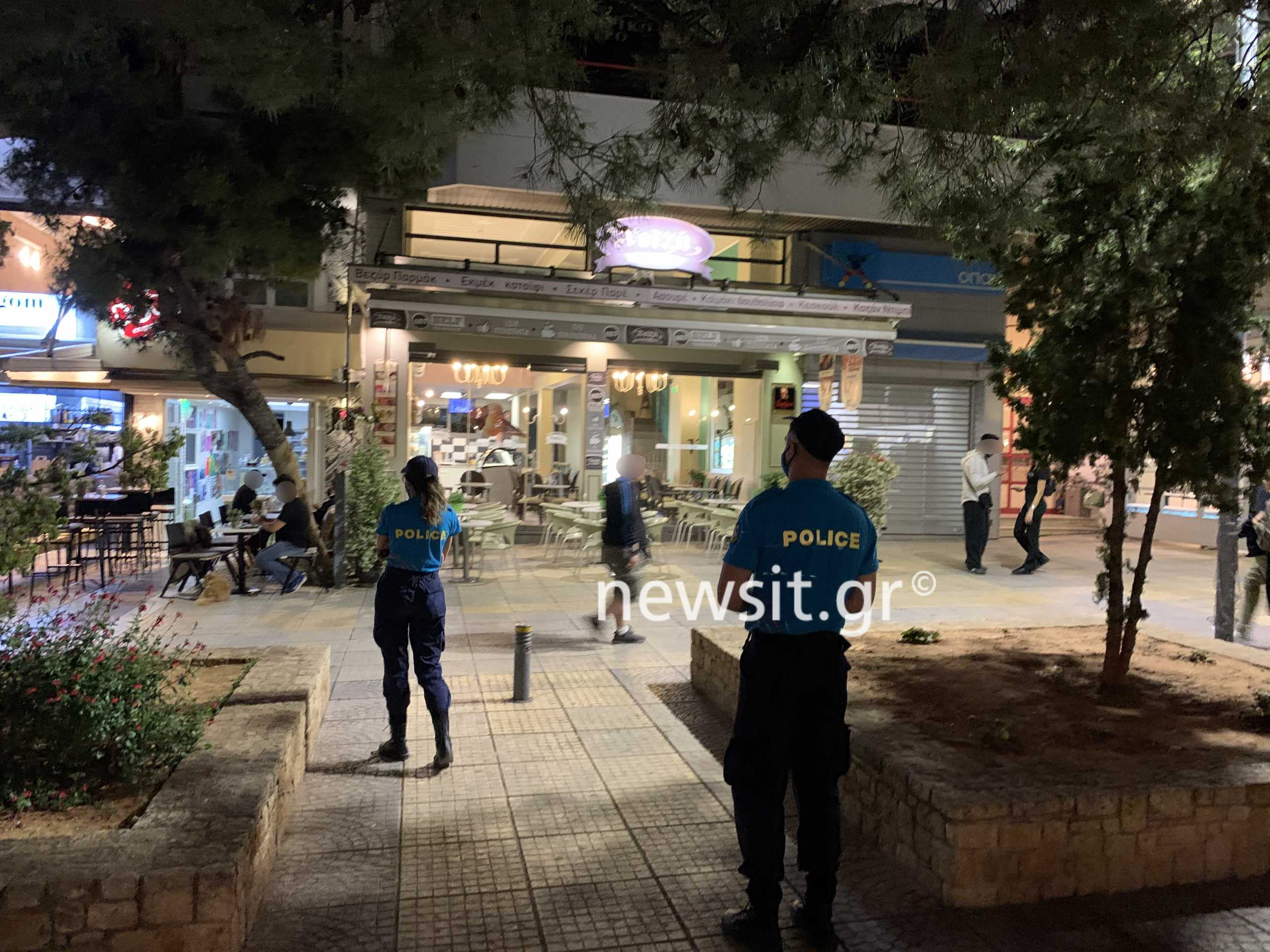 Κλούβα και αστυνομικοί στην πλατεία της Νέας Σμύρνης για να εμποδίσουν τα κορονοπάρτι (pics)