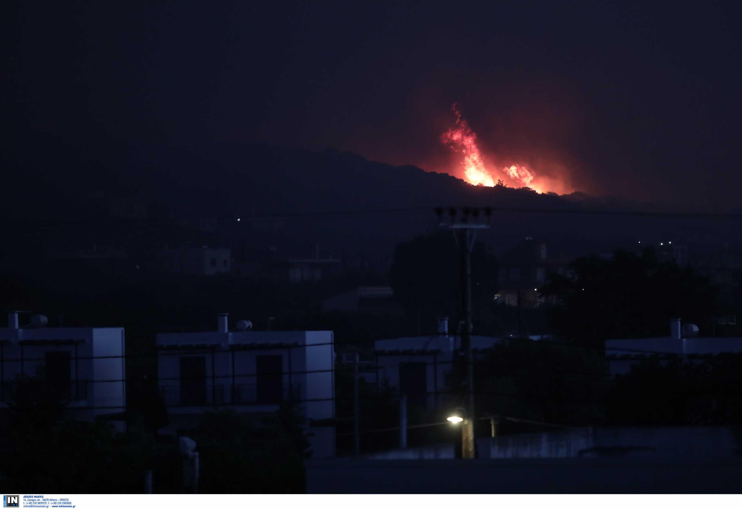 Φωτιά στα Μέγαρα: Ολονύχτια αγωνία για αναζωπυρώσεις – Στάχτη πάνω από 55.000 στρέμματα