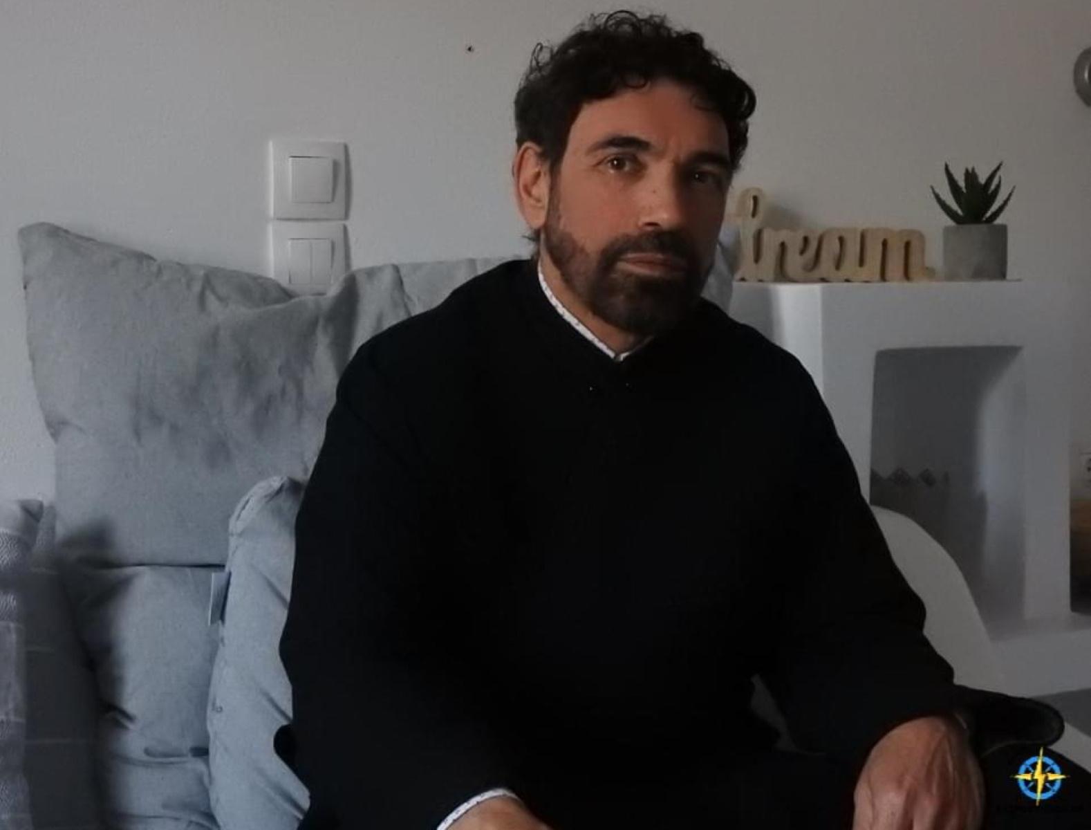 Από βιολιστής του Μαζωνάκη έγινε ιερέας στη Σίφνο – Η συνέντευξη του παπα – Στρατή (video)