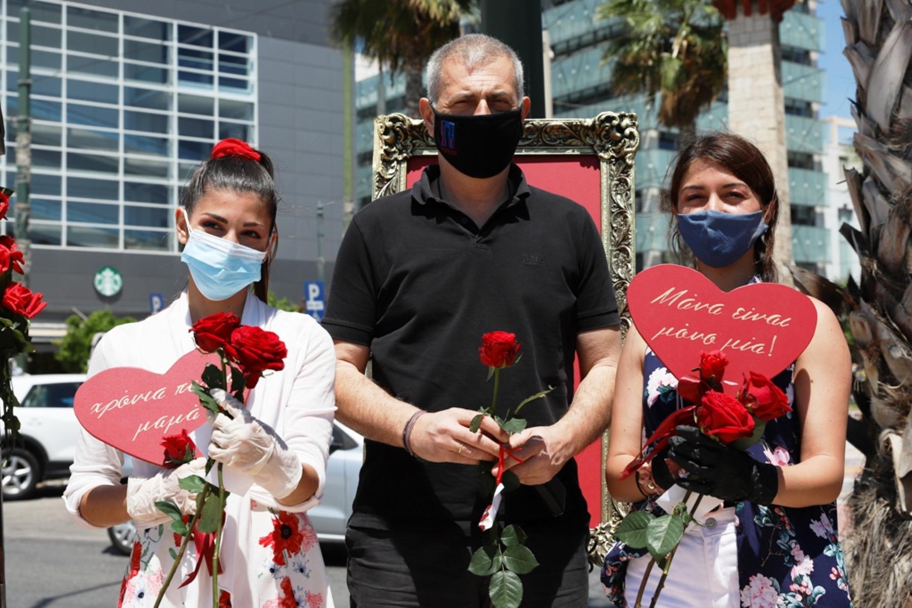 Γιορτή της Μητέρας: Χιλιάδες τριαντάφυλλα προσφέρθηκαν στις Πειραιώτισσες