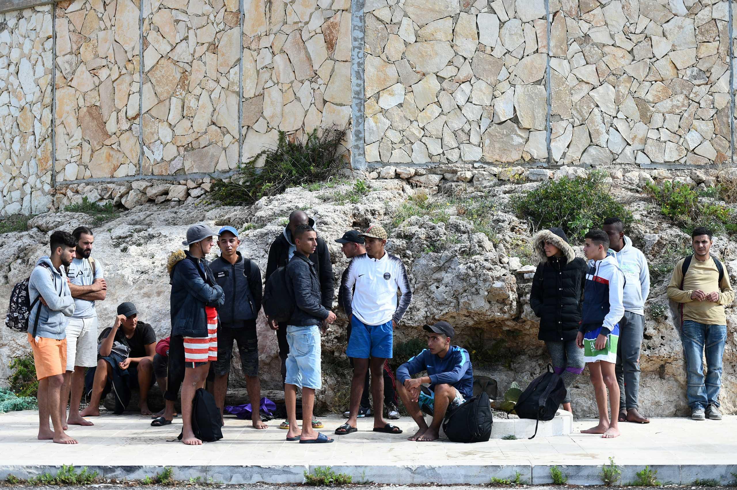 Ιταλία: Σχεδόν 1000 μετανάστες και πρόσφυγες έφτασαν στην Λαμπεντούζα το τελευταίο 24ωρο