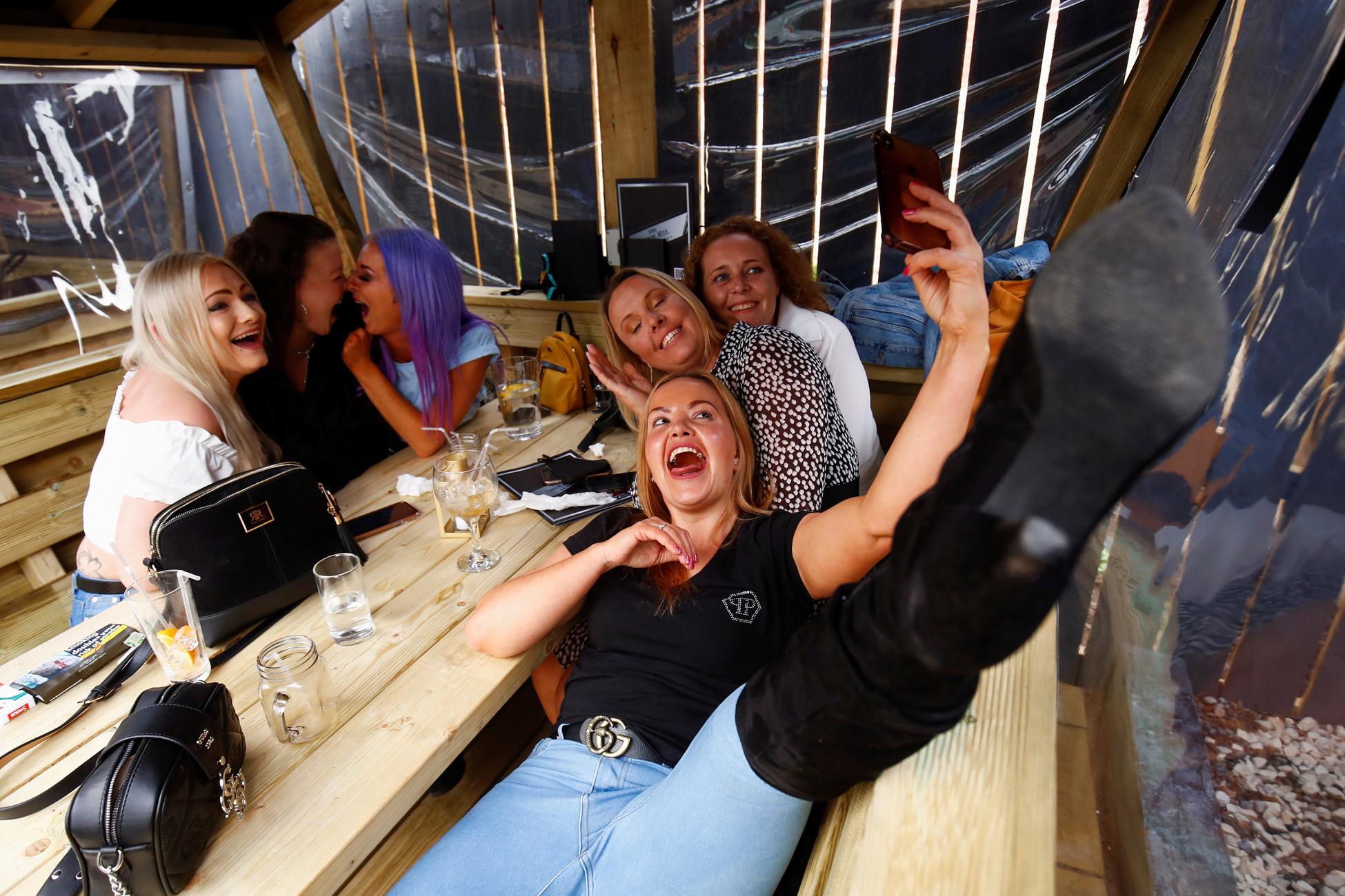 Βρετανία: Πόσα ξοδεύουν σε παμπ και εστιατόρια μετά το τέλος του lockdown