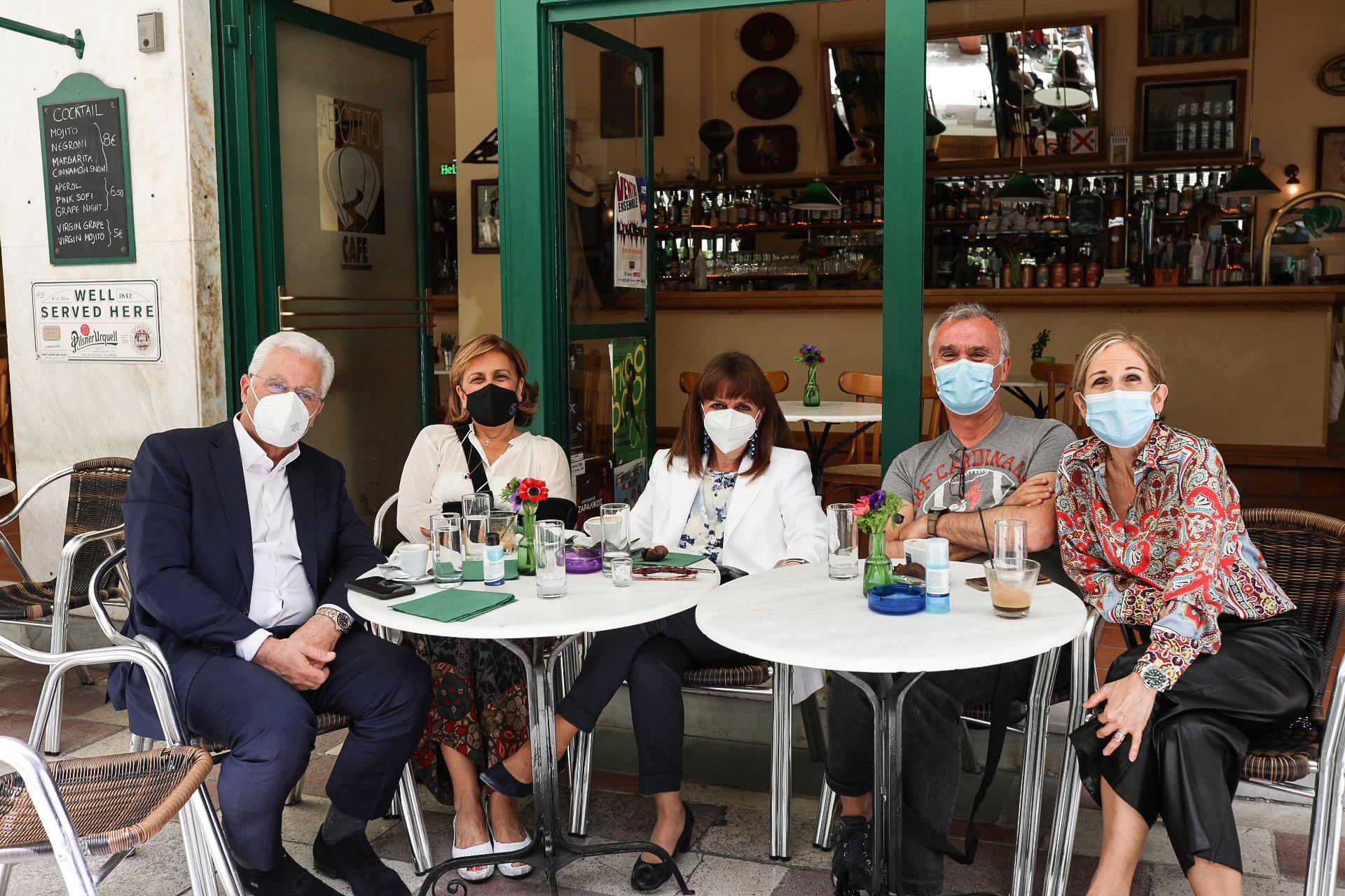 Η Κατερίνα Σακελλαροπούλου για καφέ με γιατρούς από Ευαγγελισμό και Σωτηρία