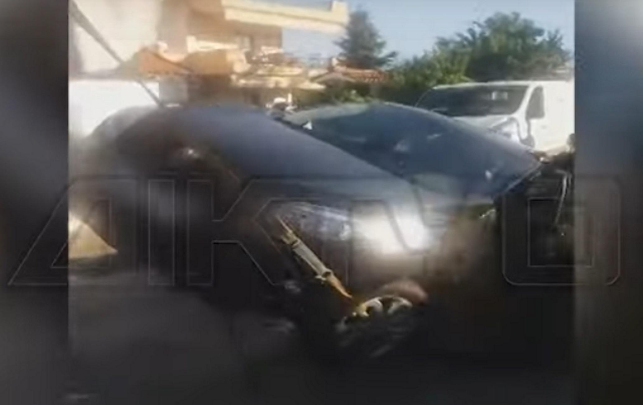Σέρρες: Η στιγμή που ο δρόμος ανοίγει και «καταπίνει» αυτοκίνητο – Τρόμος για γυναίκα οδηγό (video)