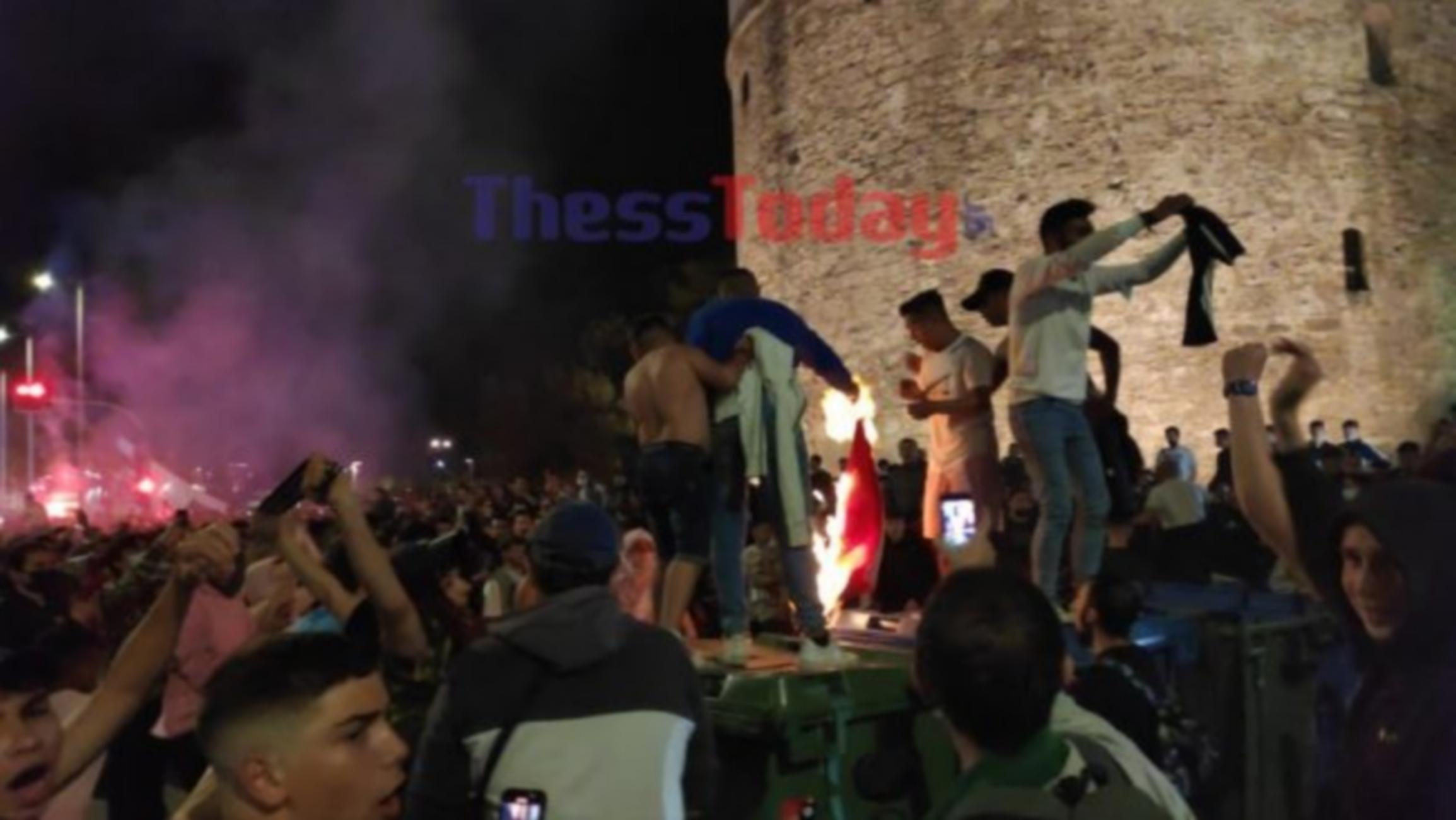 ΠΑΟΚ: Έκαψαν σημαία του Ολυμπιακού οι οπαδοί του «Δικεφάλου»