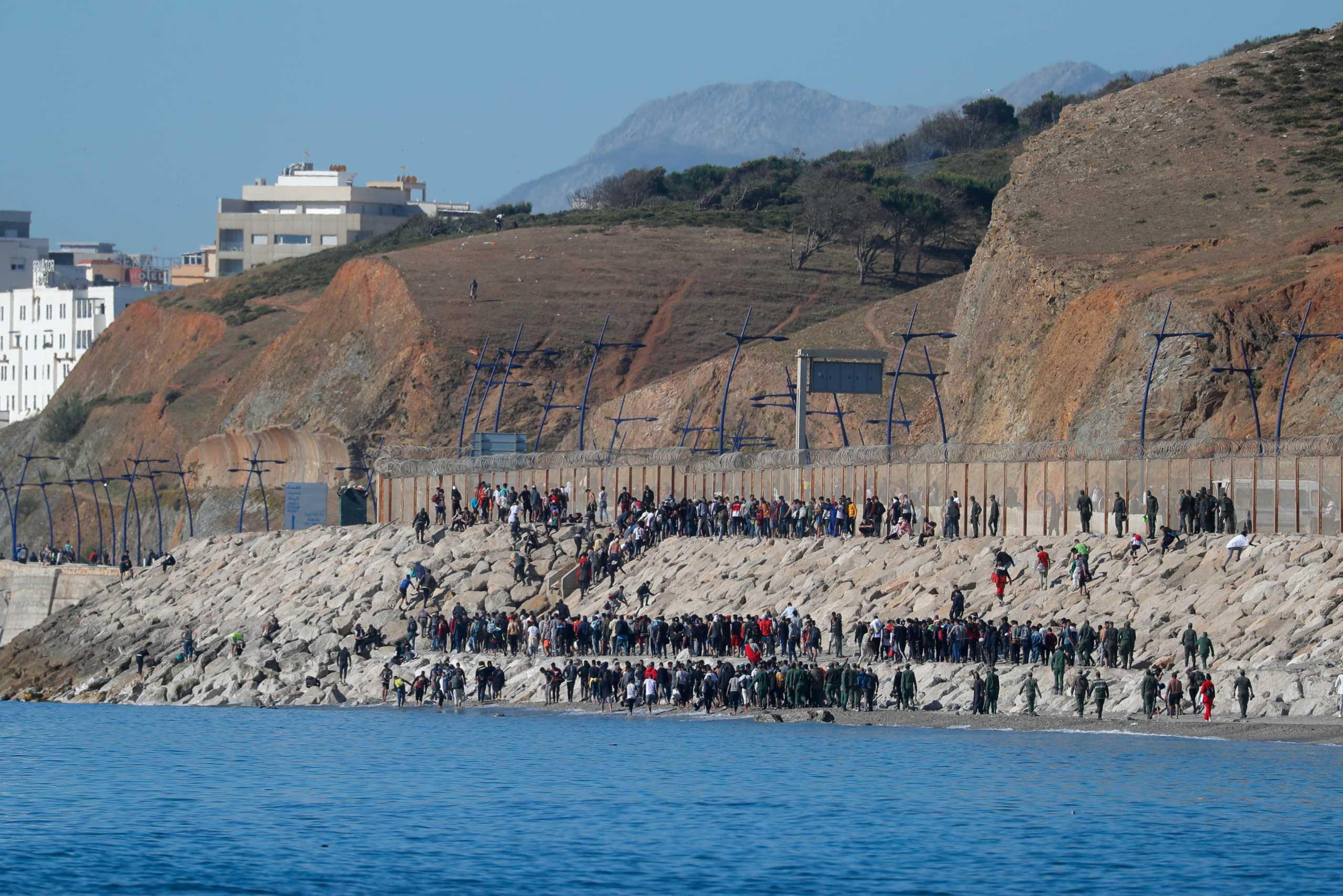 Ισπανία: Απελάθηκαν 4.800 μετανάστες από τη Θέουτα – Ισχυρές δυνάμεις εμποδίζουν την είσοδο άλλων (pics)
