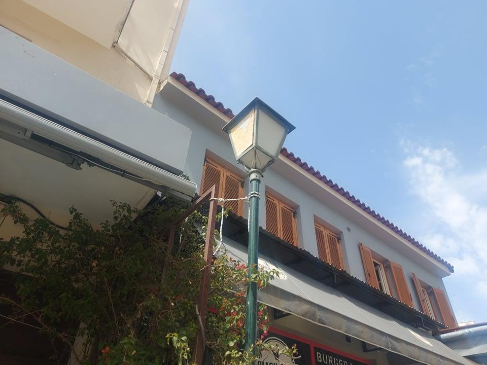 Καλαμάτα: Δείτε πως κρατιέται στη θέση του αυτός ο στύλος φωτισμού σε πλατεία (pics)
