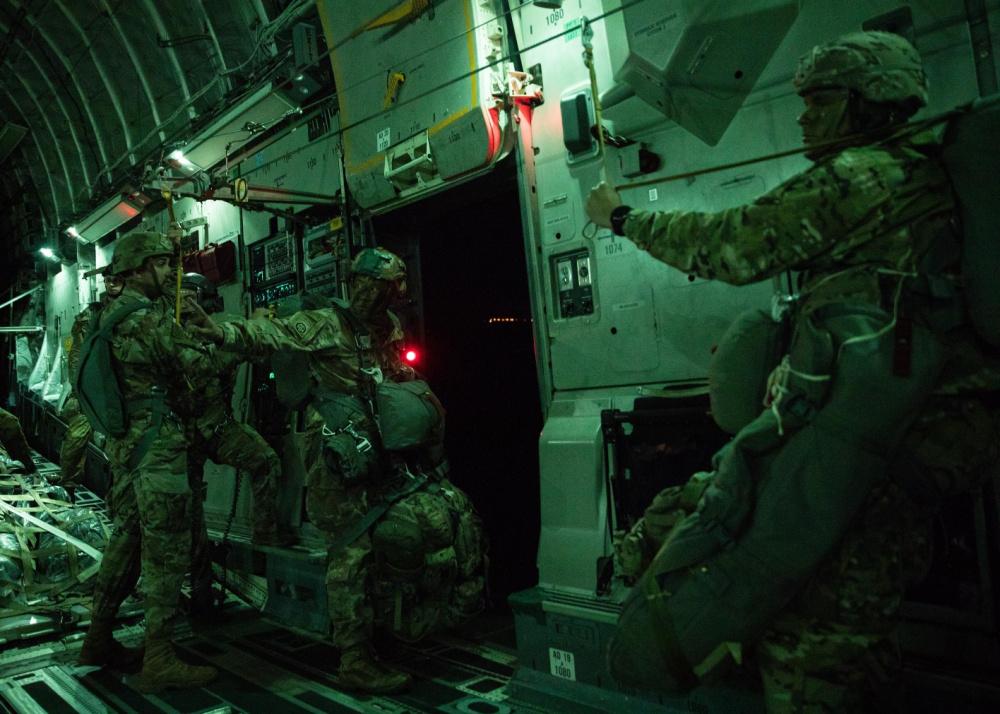 Εντυπωσιακά πλάνα από νυχτερινά άλματα αλεξιπτωτιστών της περίφημης 82nd Airborne! [pics]