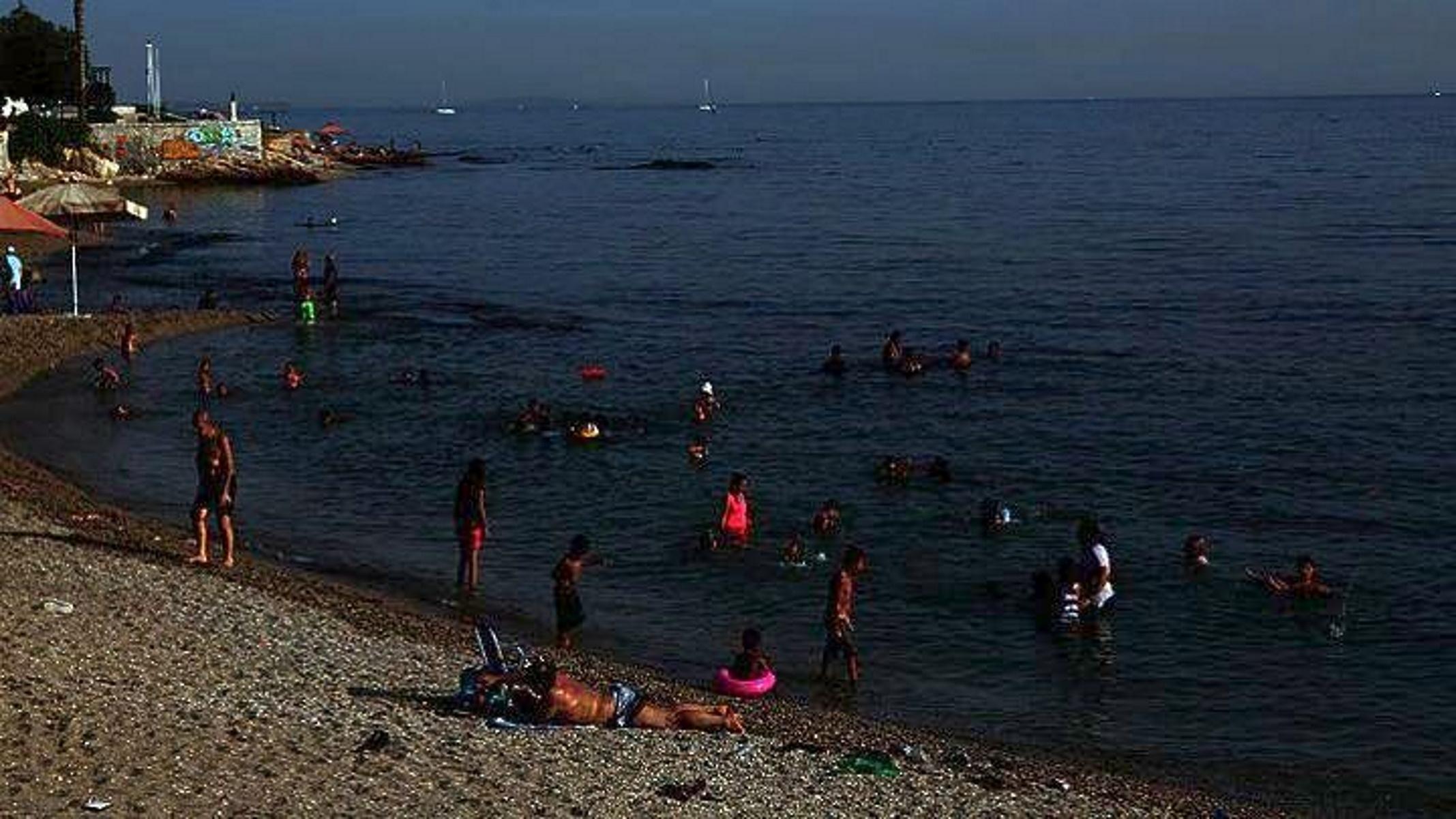 Πάτρα: Πολίστρια βούτηξε στη θάλασσα και έσωσε ηλικιωμένους που κινδύνευαν να πνιγούν
