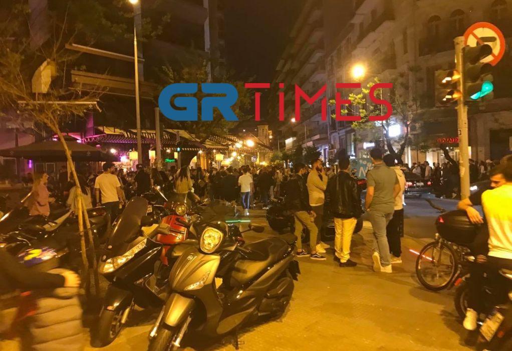 Θεσσαλονίκη: Συνωστισμός το βράδυ του Πάσχα – Οι συστάσεις των αστυνομικών στους νεαρούς (pics)