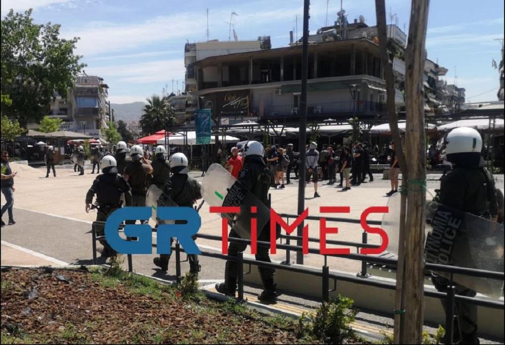 Θεσσαλονίκη: Ένταση σε διπλή συγκέντρωση – Aστυνομικοί απέτρεψαν τη σύγκρουση διαδηλατών (video)