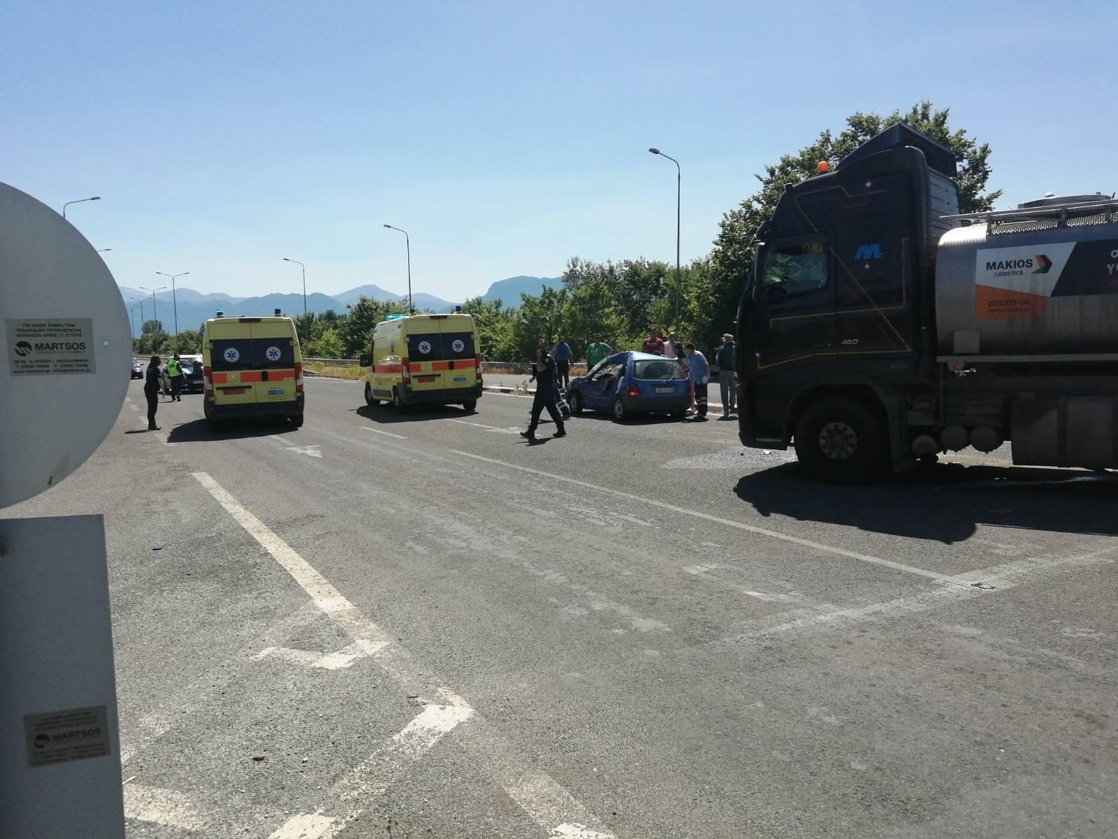 Τρίκαλα: Σκοτώθηκε μπροστά στη γυναίκα του σε φοβερό τροχαίο – Η μοιραία σύγκρουση με φορτηγό (pics)