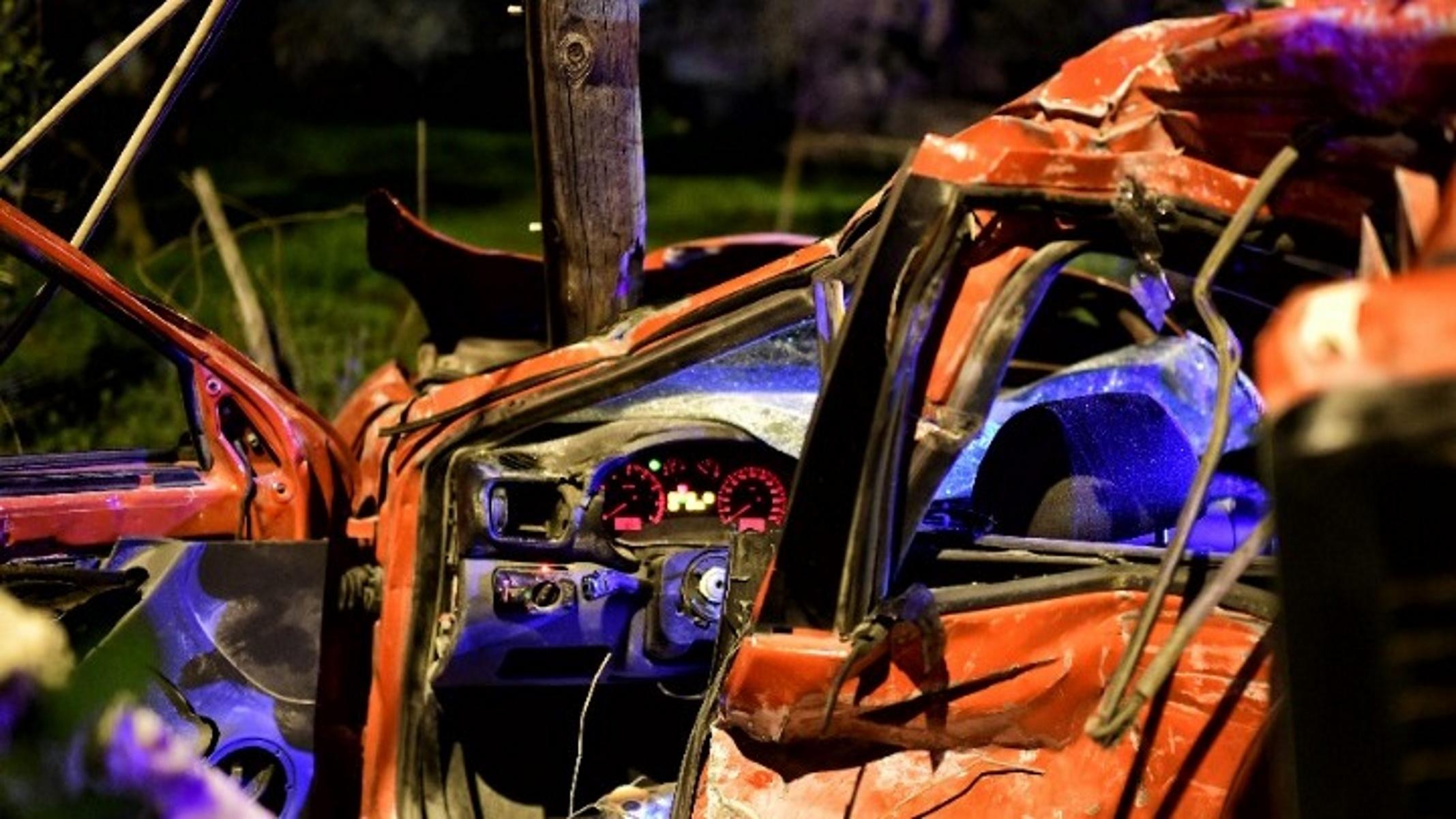 Κορινθία: Φορτηγό βγήκε από τον δρόμο – Οδηγός και συνοδηγός απεγκλωβίστηκαν τραυματισμένοι