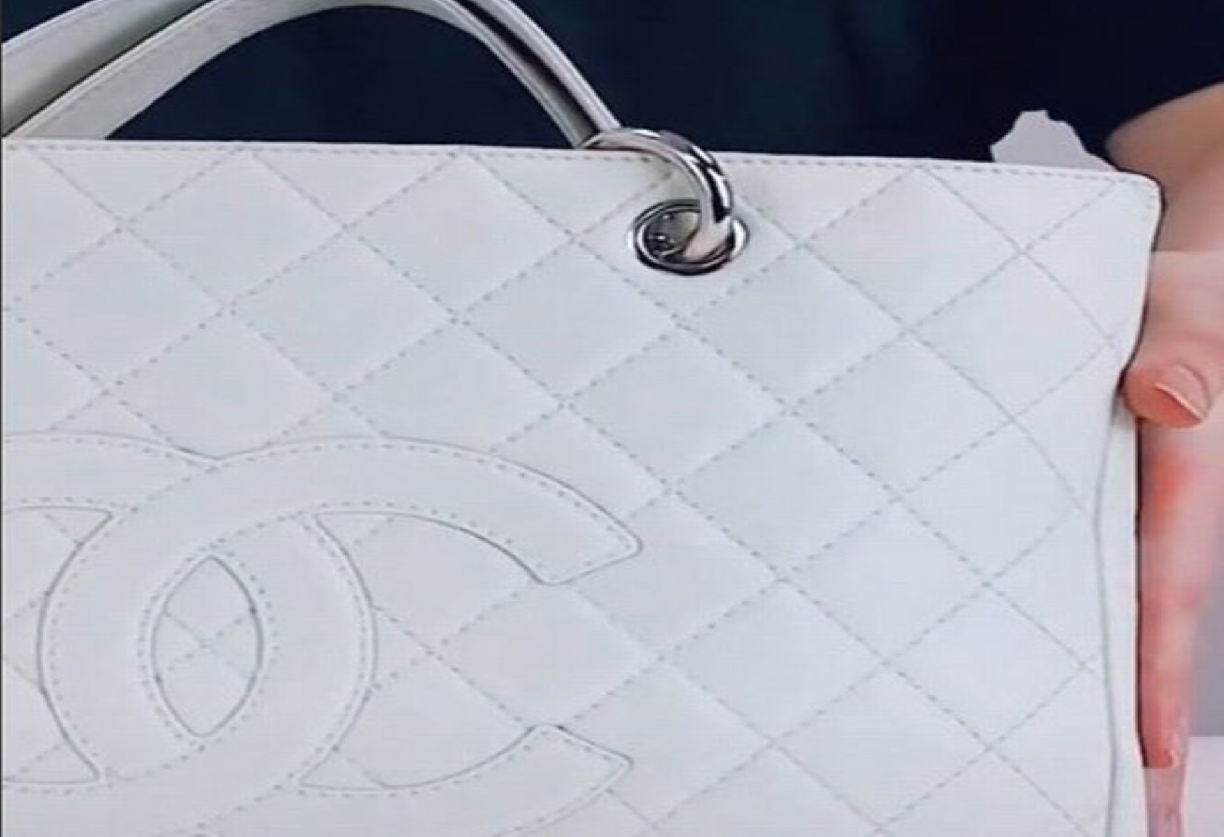 Αυτό συνέβη όταν η τσάντα Chanel έπεσε στα χέρια της 5χρονης κόρης της (pics)