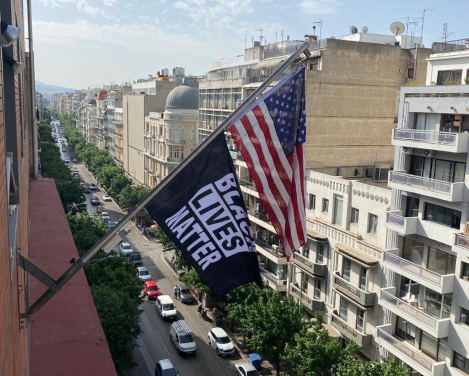 Πανό «Black Lives Matter» στην πρεσβεία των ΗΠΑ στην Αθήνα, σημαία στην Θεσσαλονίκη (pics, video)