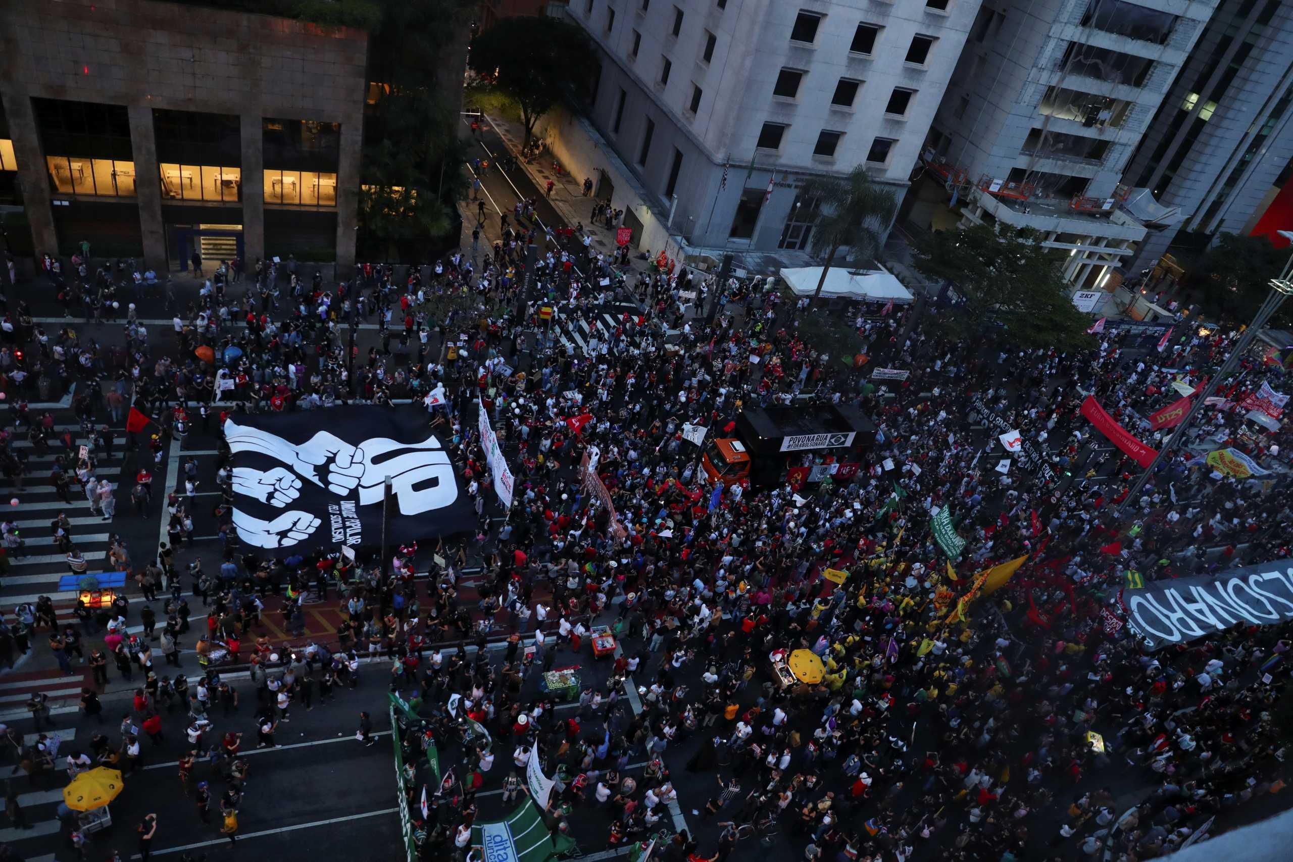 Βραζιλία: Ξεπέρασαν τις 460.000 οι νεκροί από κορονοϊό – Μαζικές διαδηλώσεις κατά του Μπολσονάρο