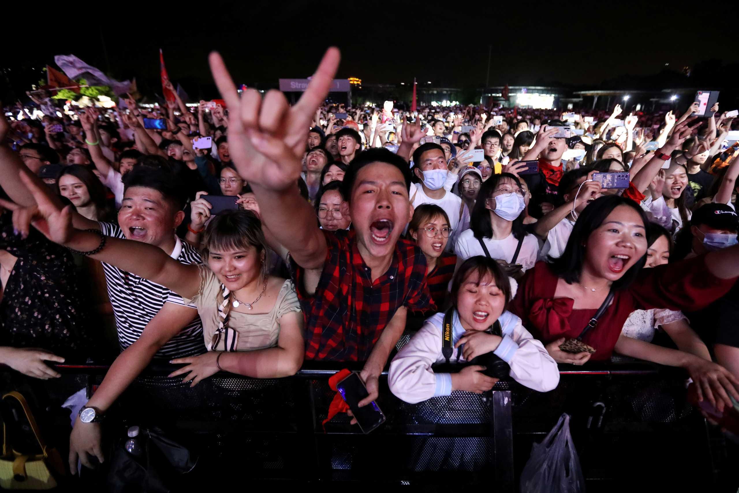 Η Γουχάν επιστρέφει στην κανονικότητα; Συναυλία με 11.000 θεατές (pics, vid)