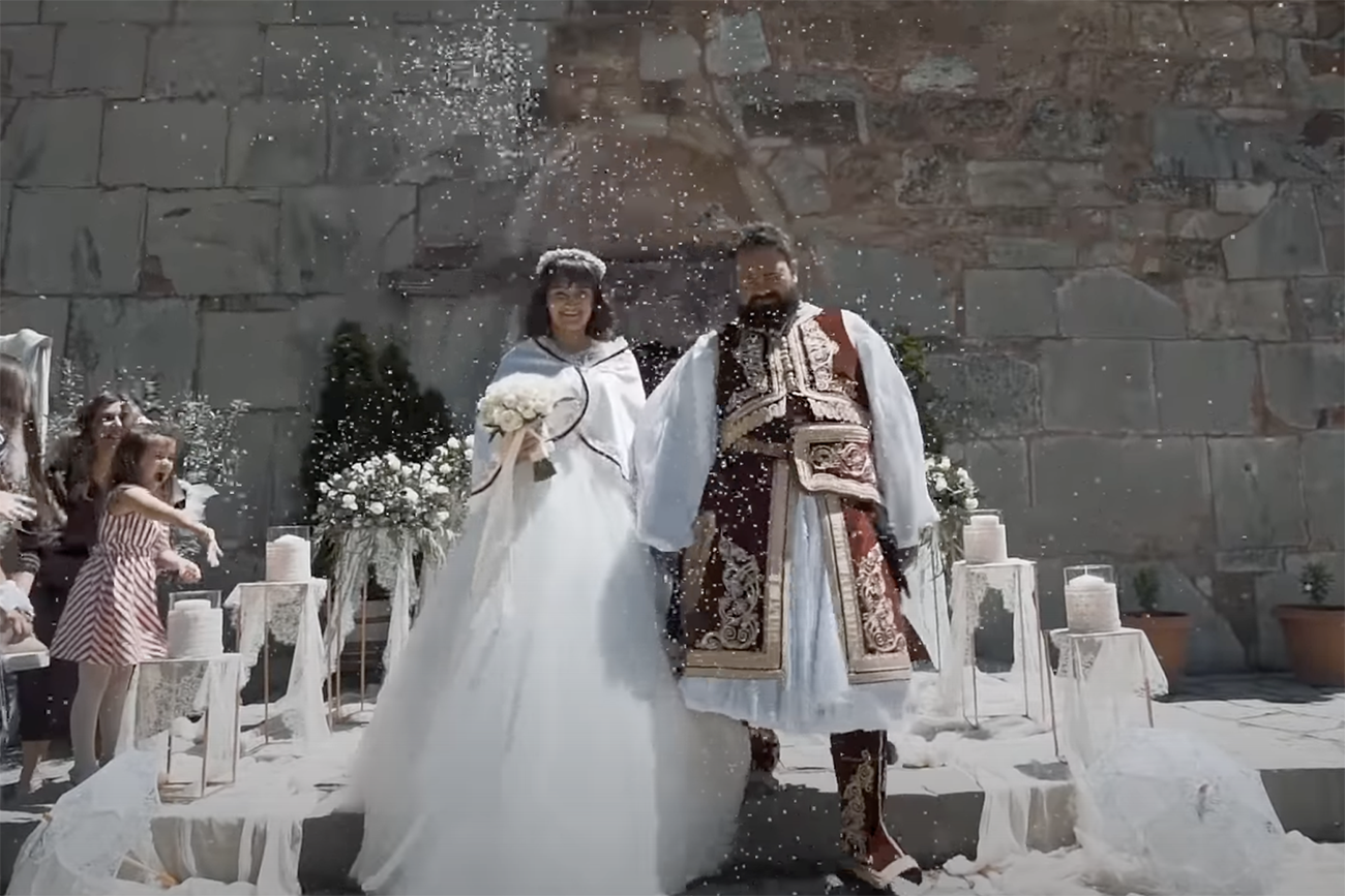 Νύφη και γαμπρός πήγαν στην εκκλησία με ενδυμασίες του 1821