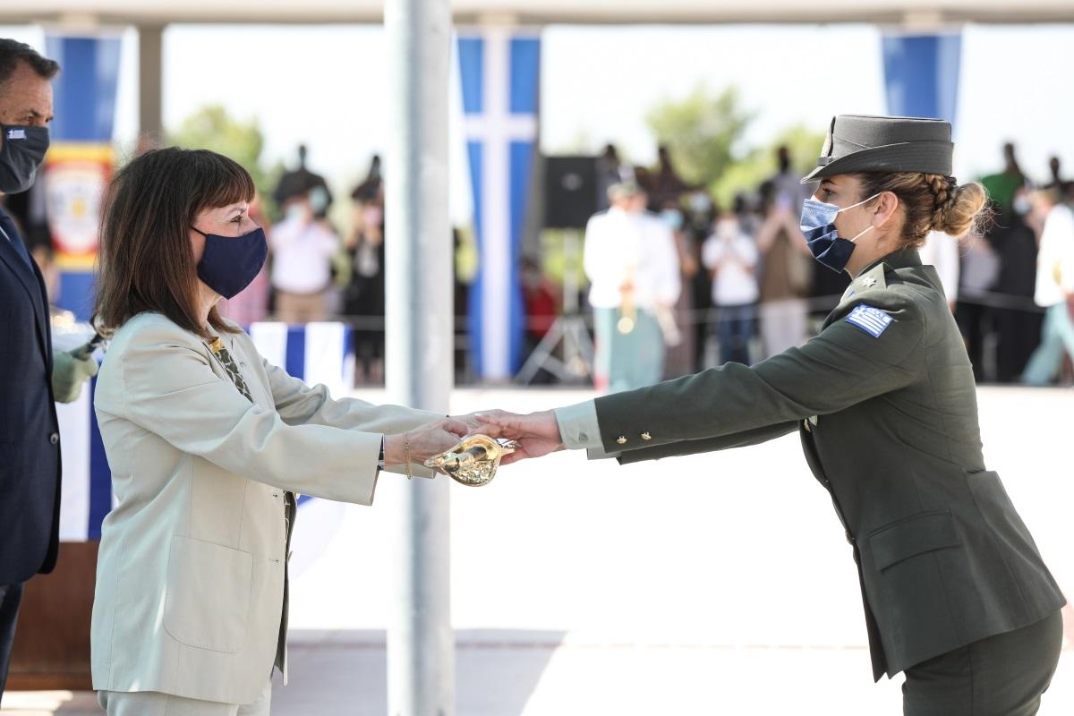 Η Πρόεδρος της Δημοκρατίας επέδωσε τα ξίφη στους νέους και τις νέες ανθυπολοχαγούς [pics]
