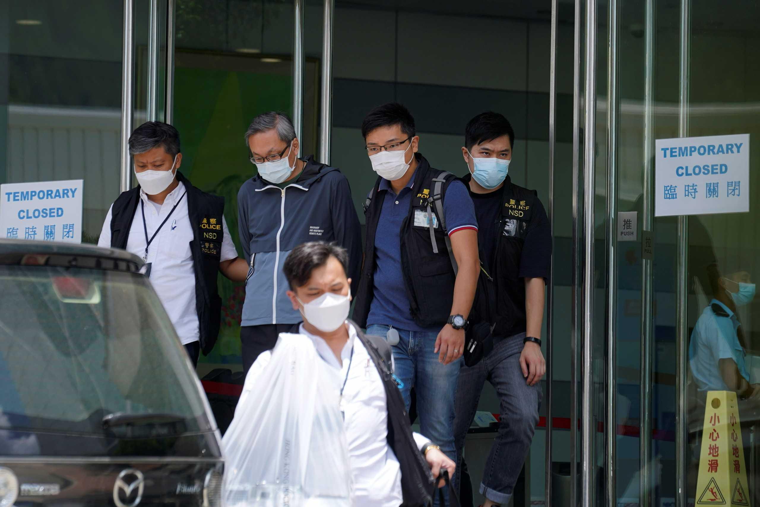 Χονγκ Κονγκ: Έφοδος εκατοντάδων αστυνομικών στην Apple Daily – Συλλήψεις για λόγους «εθνικής ασφάλειας» (pics, vids)