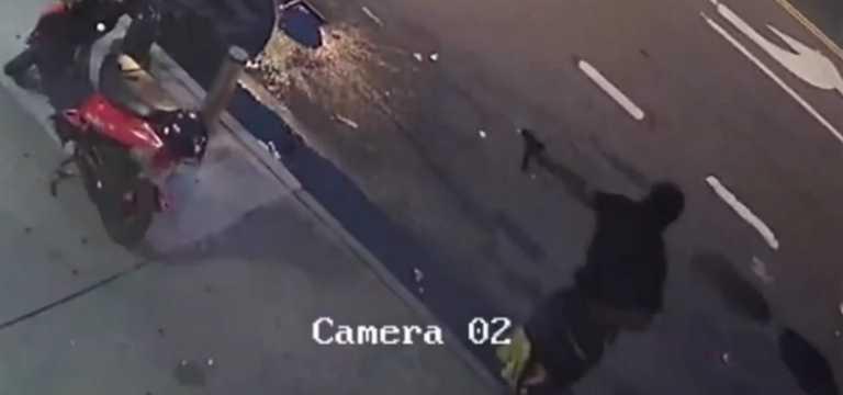 Μπρονξ: Η στιγμή που ένοπλος σημαδεύει και πυροβολεί 36χρονο στα οπίσθια - Βίντεο που σοκάρει
