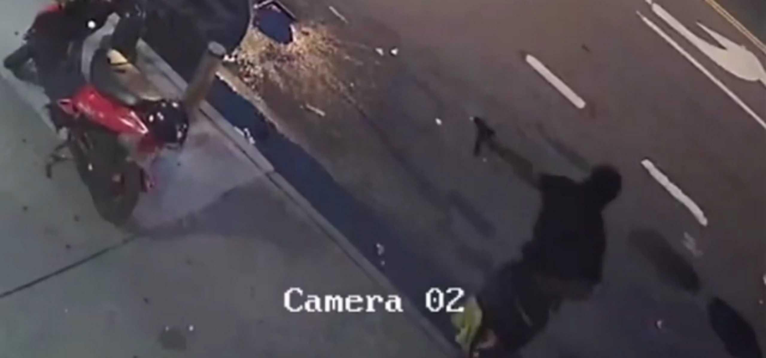 Μπρονξ: Η στιγμή που ένοπλος πυροβολεί 36χρονο στα οπίσθια