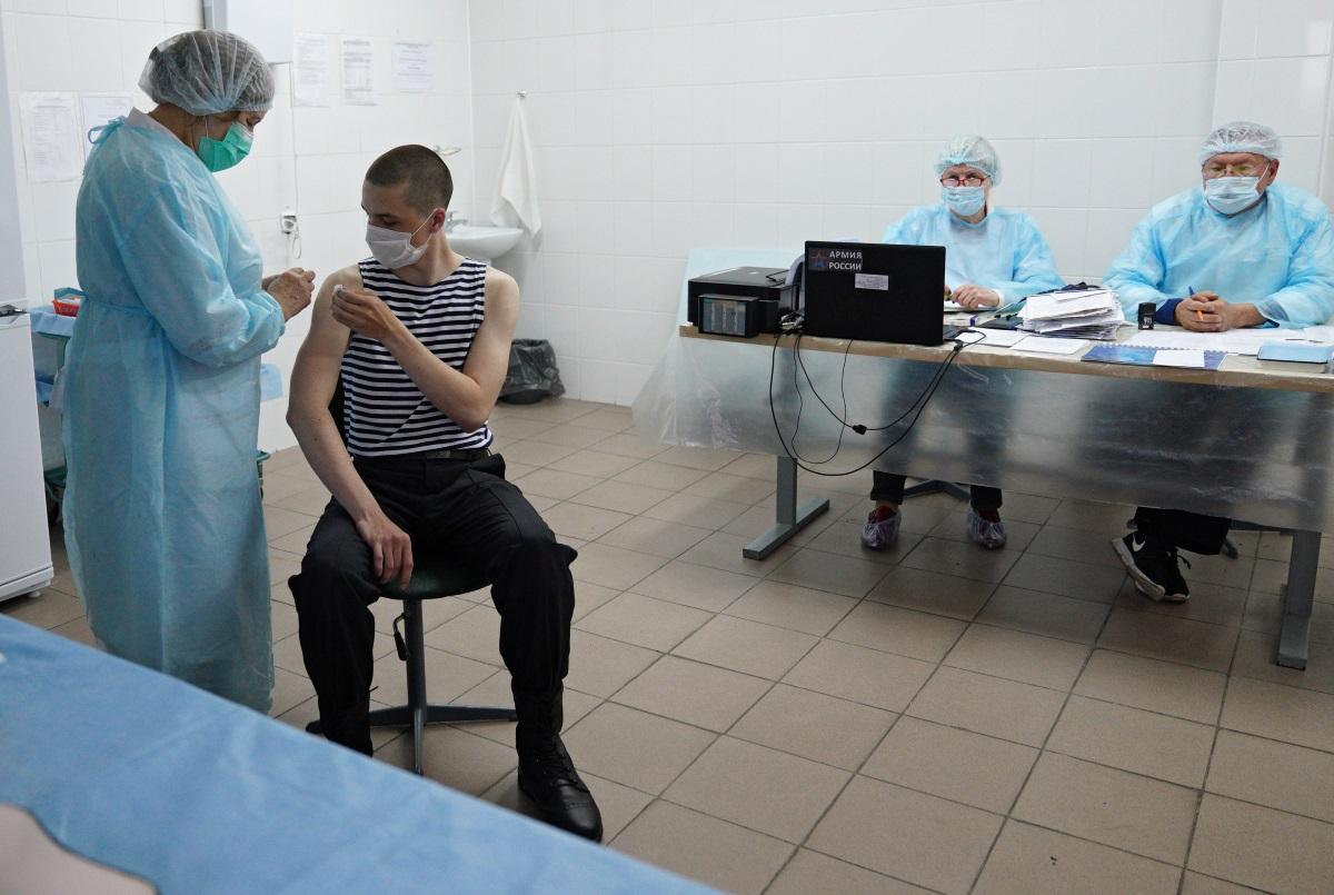 Ρωσία: Τα κρούσματα του κορονοϊού επέστρεψαν στα «υψηλά» του Φεβρουαρίου