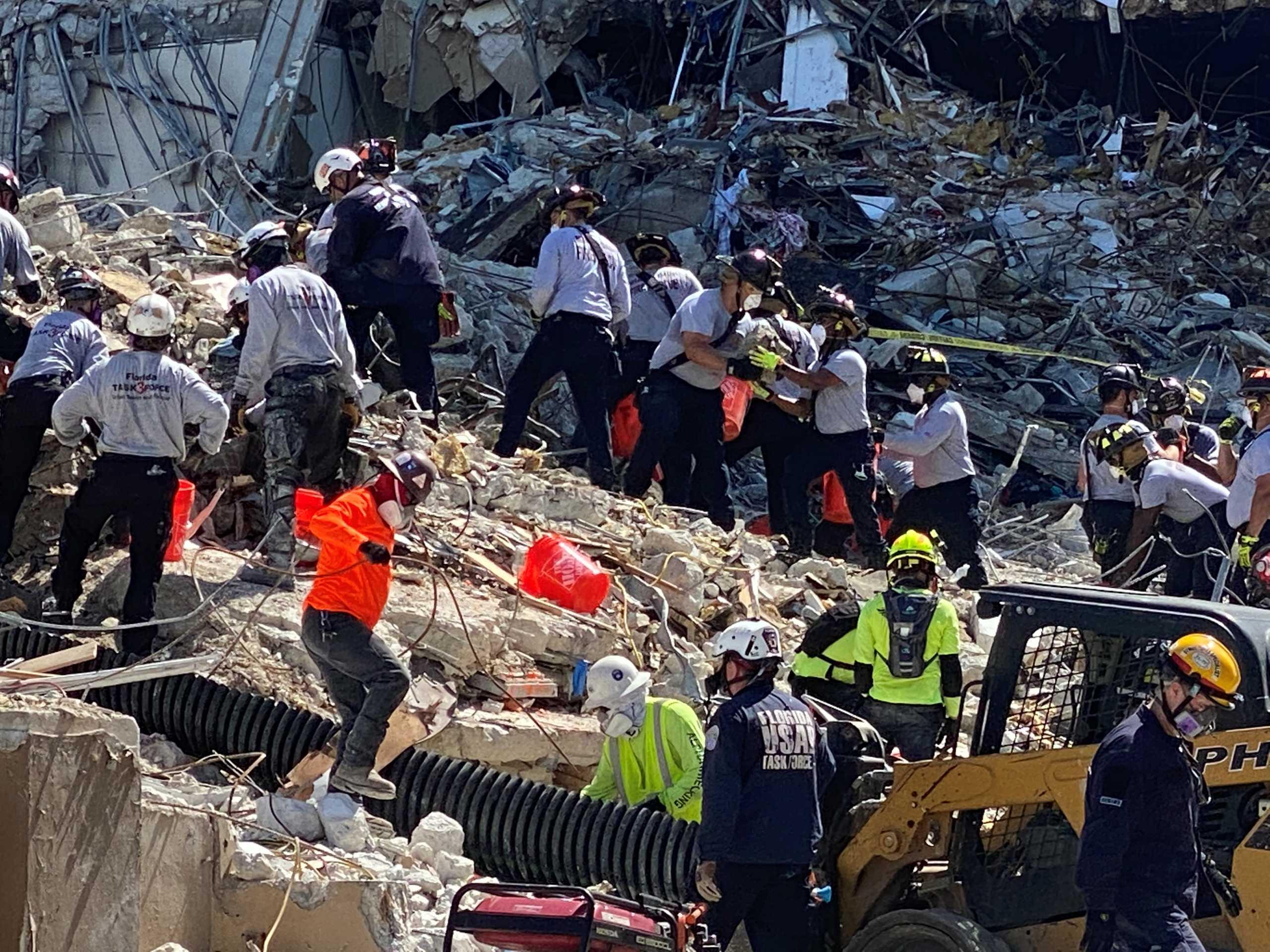 Κατάρρευση πολυκατοικίας στο Μαϊάμι: Σβήνουν οι ελπίδες για επιζώντες- «Ενδέχεται να ανασυρθούν διαμελισμένοι» (pics, vid)