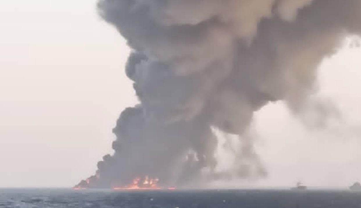 Kharg: Τυλίχθηκε στις φλόγες και βυθίστηκε το μεγαλύτερο Ιρανικό πλοίο [pics, vid]