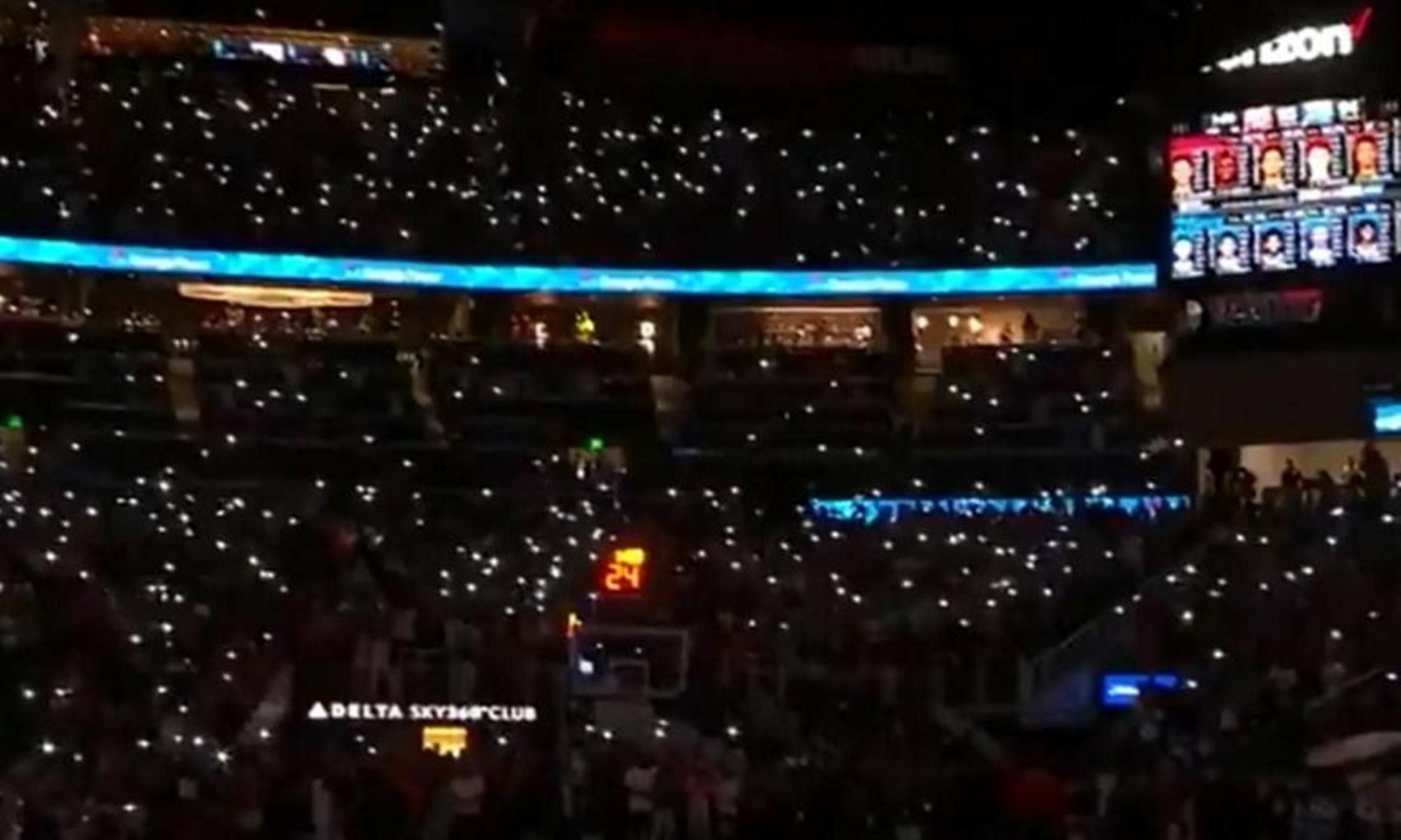 Έσβησαν τα φώτα στο Χοκς – 76ers και «έλαμψαν» οι εξέδρες από τα φλας των κινητών