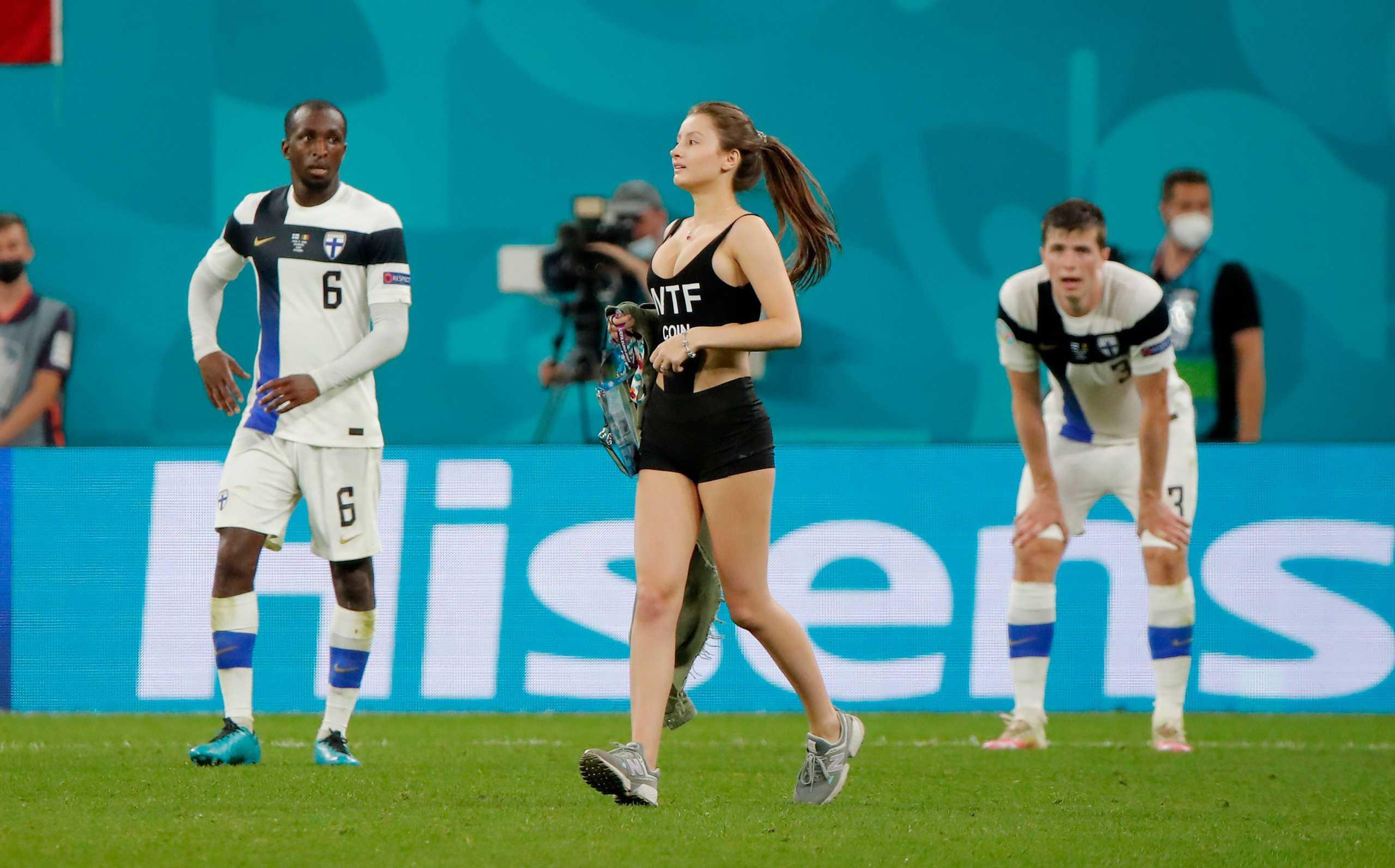 Euro 2020: Γυναίκα διέκοψε προσωρινά το Φινλανδία – Βέλγιο εισβάλλοντας στο γήπεδο