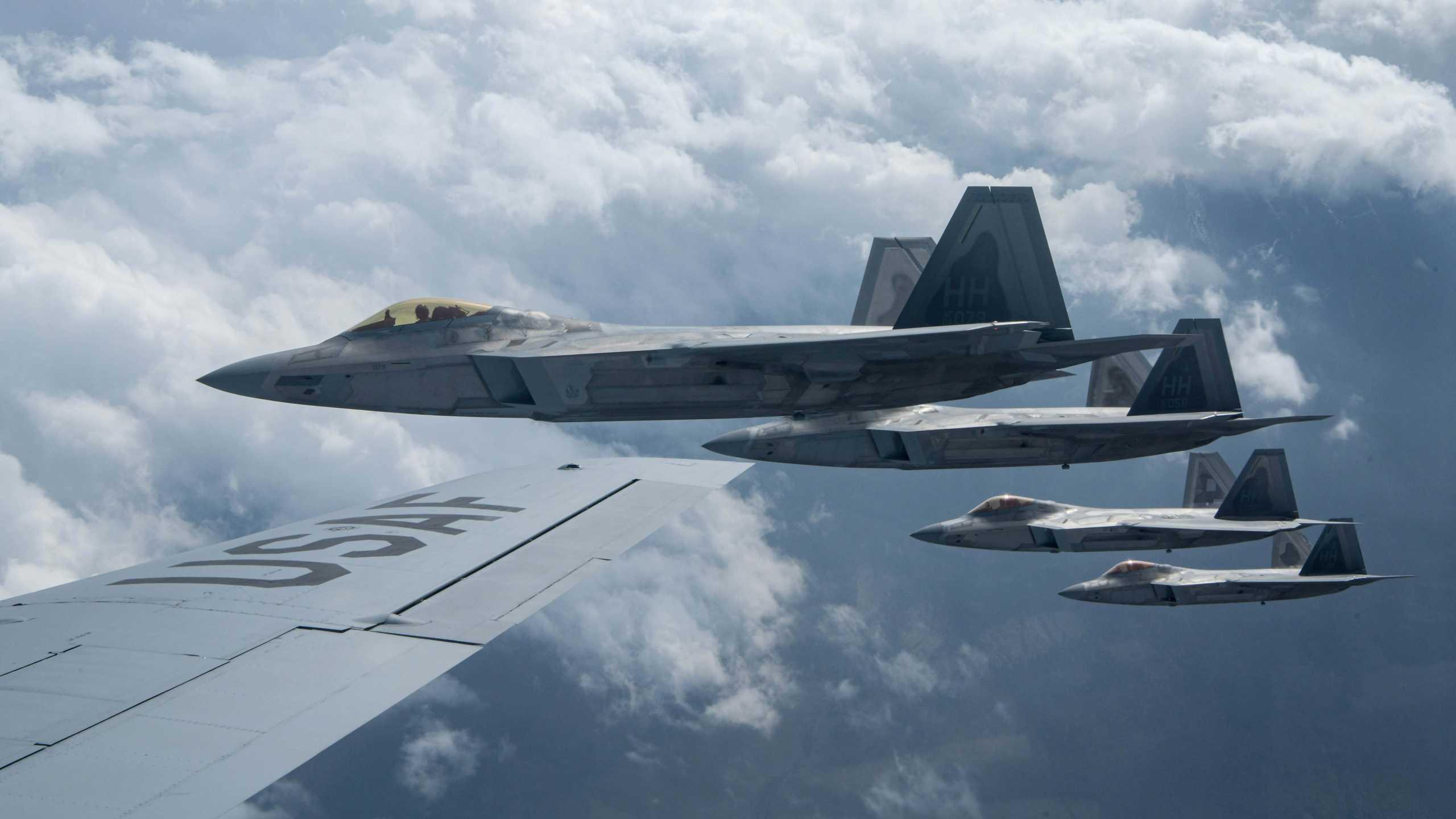 F-22: «Μυστήριο» με scramble των stealth μαχητικών για άγνωστο «στόχο»