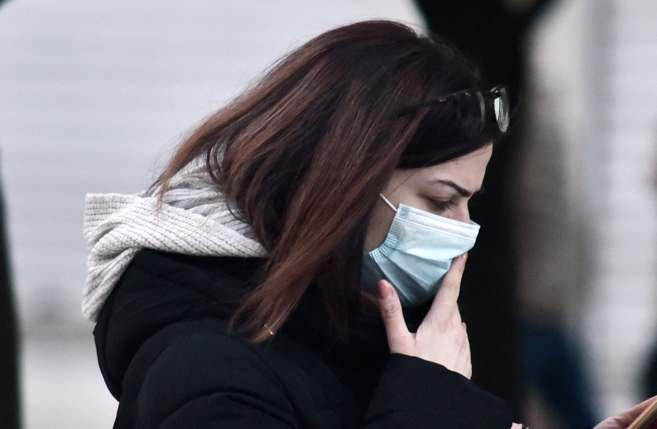 Το κοινό κρυολόγημα μας προστατεύει από τον κορονοϊό – Τι λένε οι ειδικοί