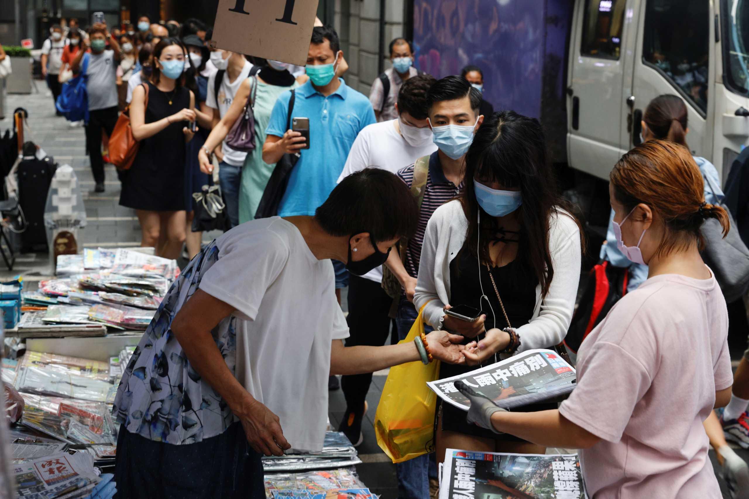 Χονγκ Κονγκ: Ουρές χιλιομέτρων για το τελευταίο φύλλο της εφημερίδα Apple Daily (pics, vids)