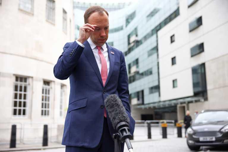 Σάλος στην Βρετανία: Ροζ σκάνδαλο για τον υπουργό Υγείας - Οι φωτογραφίες που τον «καίνε»
