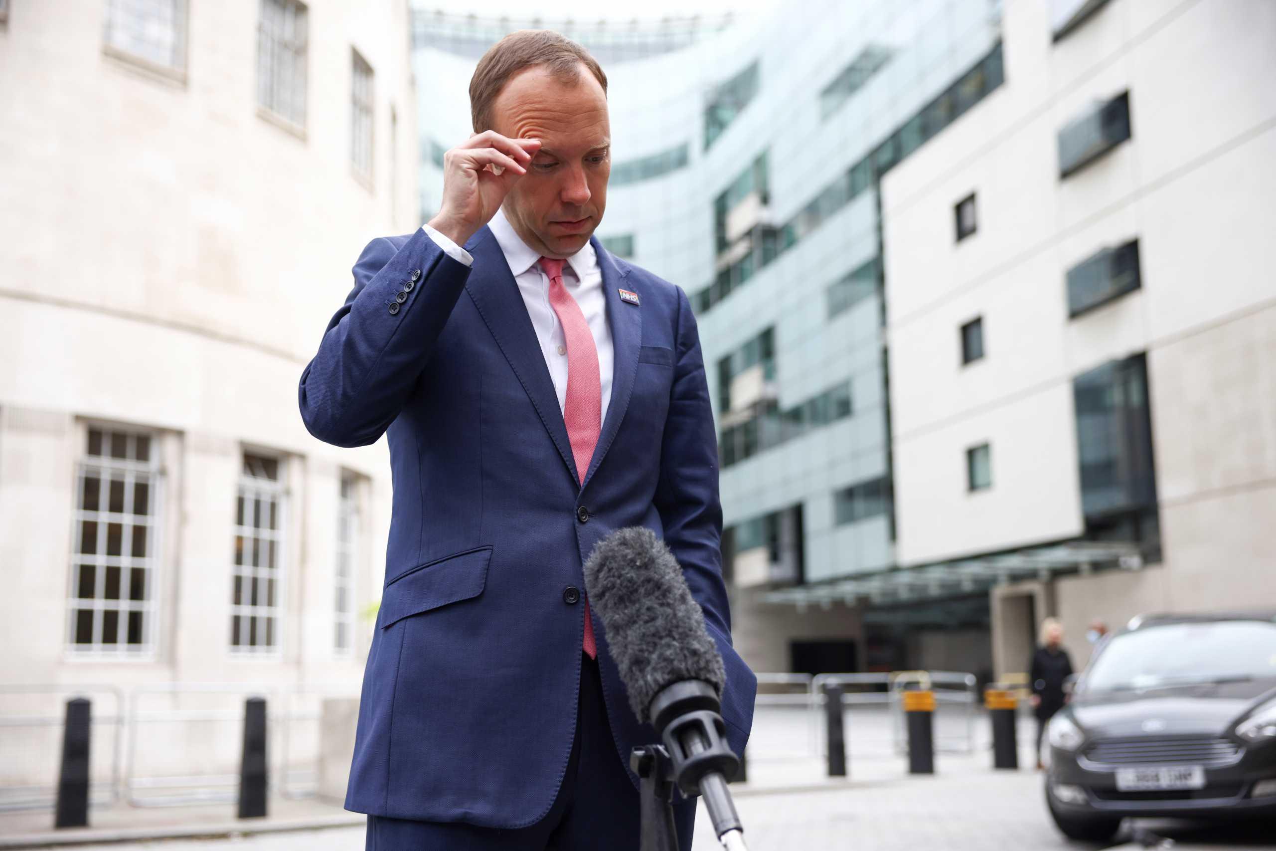 Σάλος στην Βρετανία: Ροζ σκάνδαλο για τον υπουργό Υγείας – Οι φωτογραφίες που τον «καίνε»