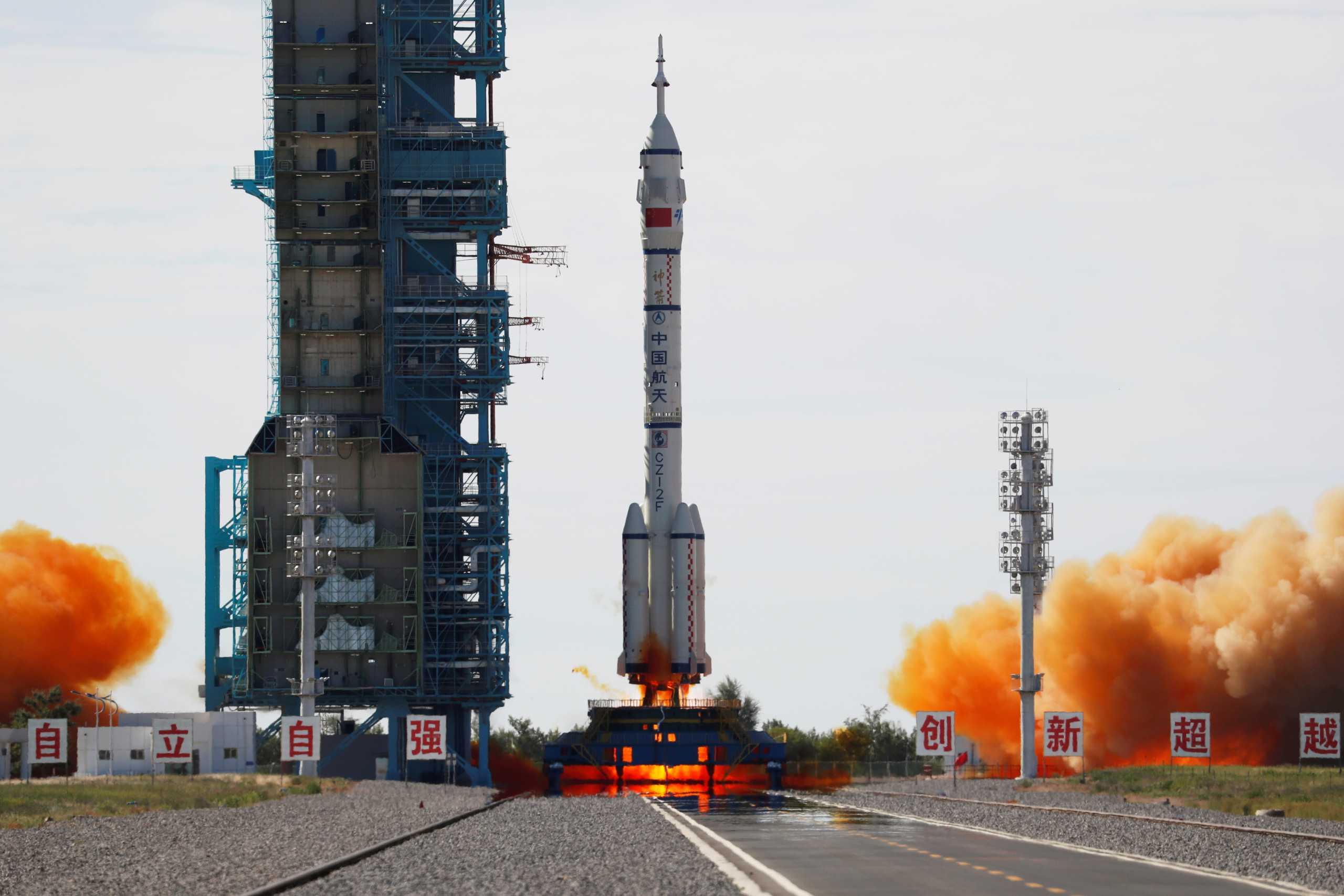 Κίνα: Απογειώθηκε η πρώτη επανδρωμένη αποστολή για το διάστημα –  Εντυπωσιακές εικόνες