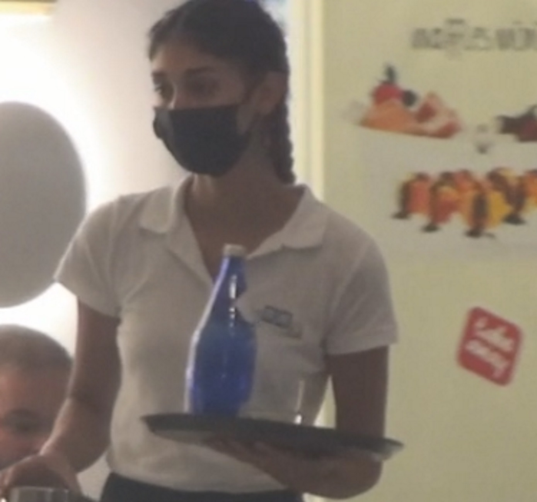 Μύκονος: Η Παρασκευή Κερασιώτη του GNTM έπιασε δουλειά ως σερβιτόρα και κλέβει την παράσταση