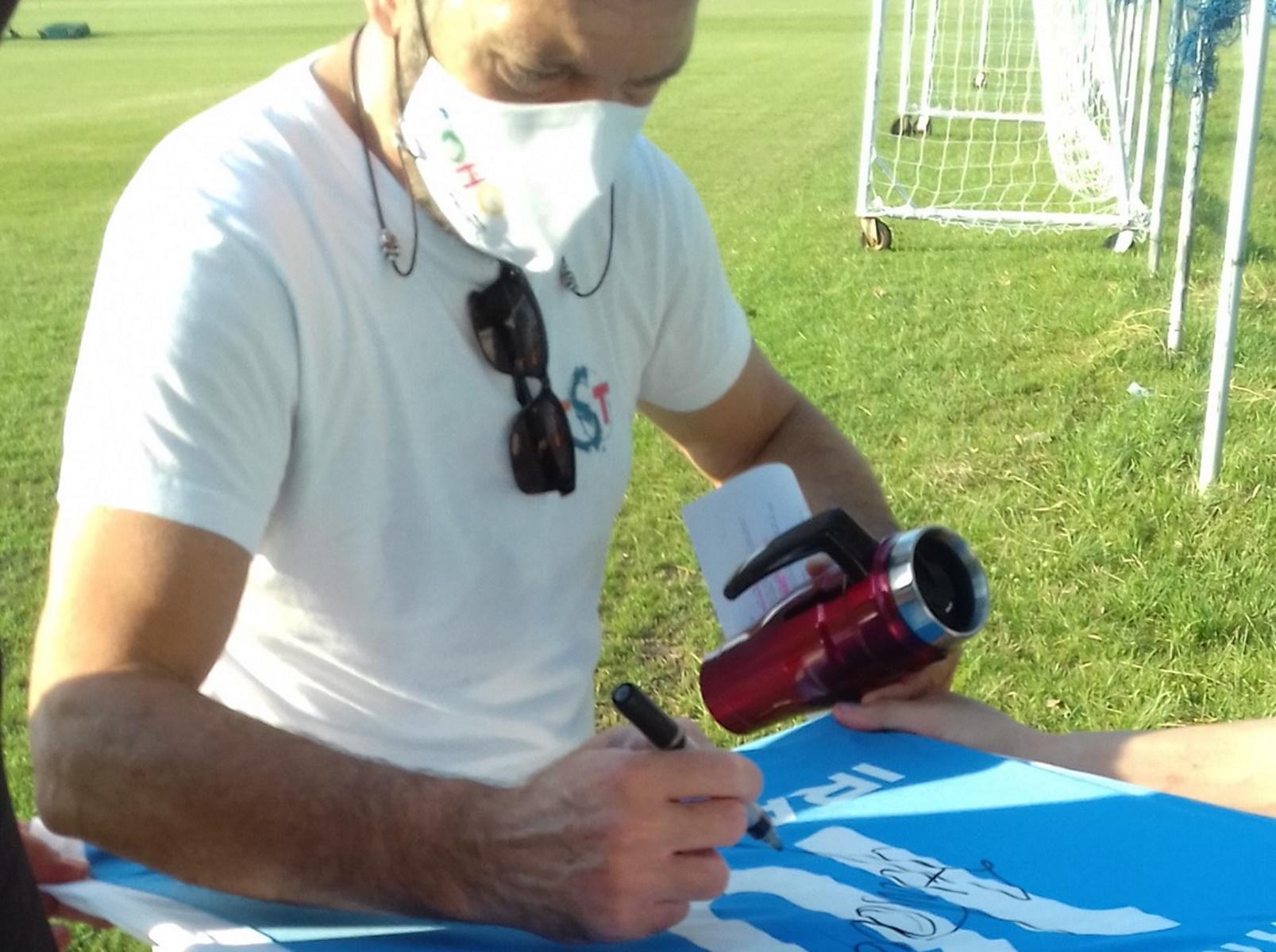Αντόνιο Μπαντέρας: «Επίσκεψη» στον Ηρακλή, υπέγραψε τη φανέλα με το «10»