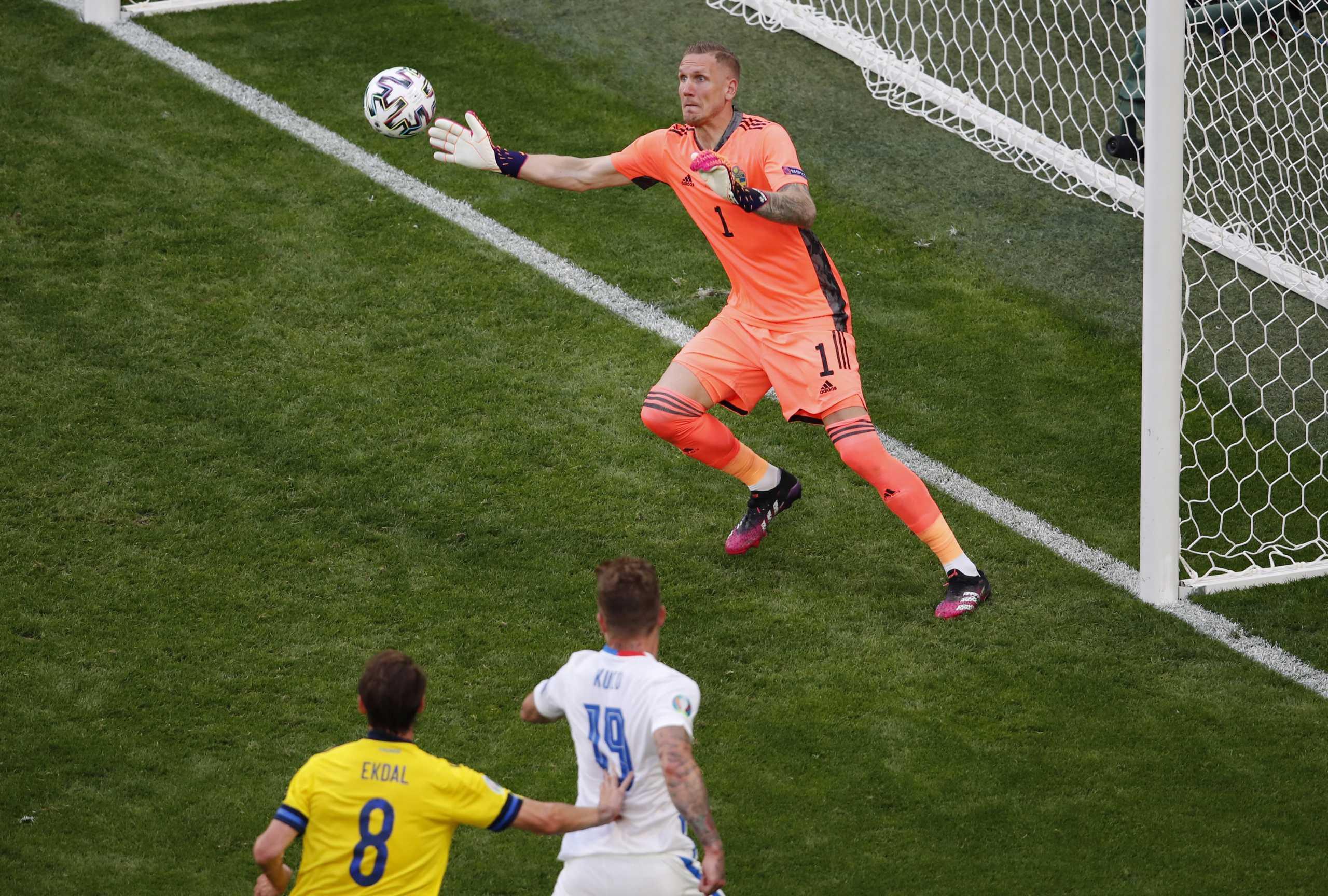 Euro 2020, Σουηδία – Σλοβακία: «Ιπτάμενοι» Όλσεν και Ντουμπράβκα σε φοβερές επεμβάσεις