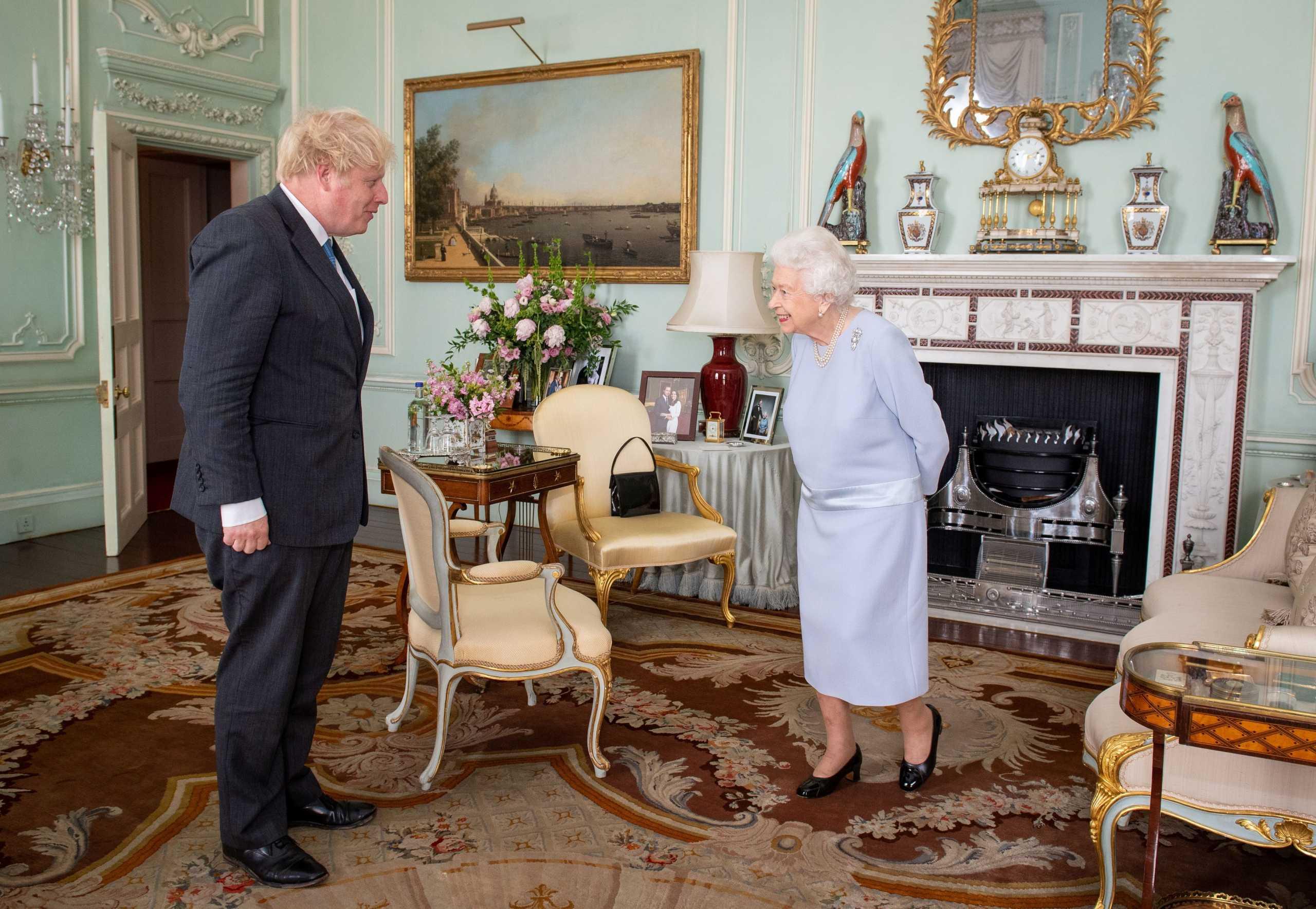 Βασίλισσα Ελισάβετ: Η φωτογραφία του πρίγκιπα Χάρι και της Μέγκαν Μαρκλ που έχει στο γραφείο της (pics)
