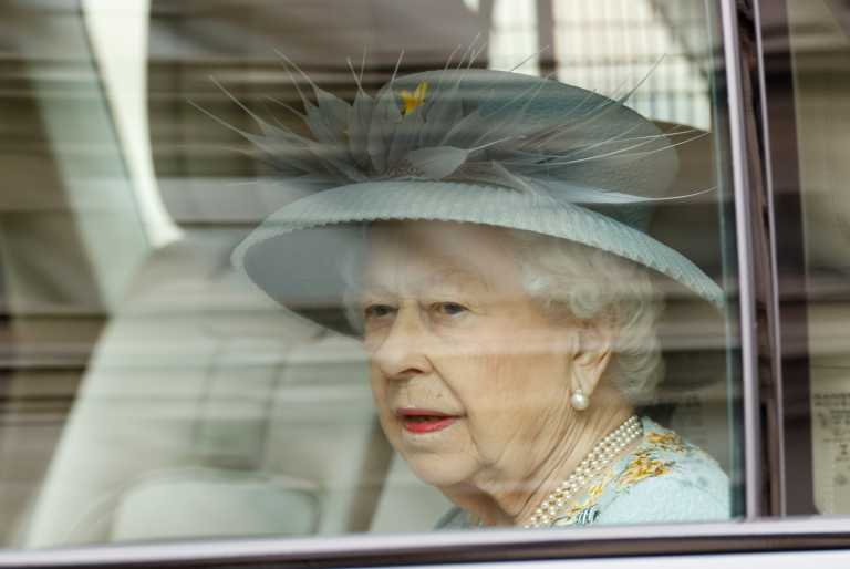 Ελισάβετ - Φίλιππος: 100 χρόνια από τη γέννηση του συζύγου της και η Βασίλισσα φύτεψε τριανταφυλλιά στη μνήμη του (pic)