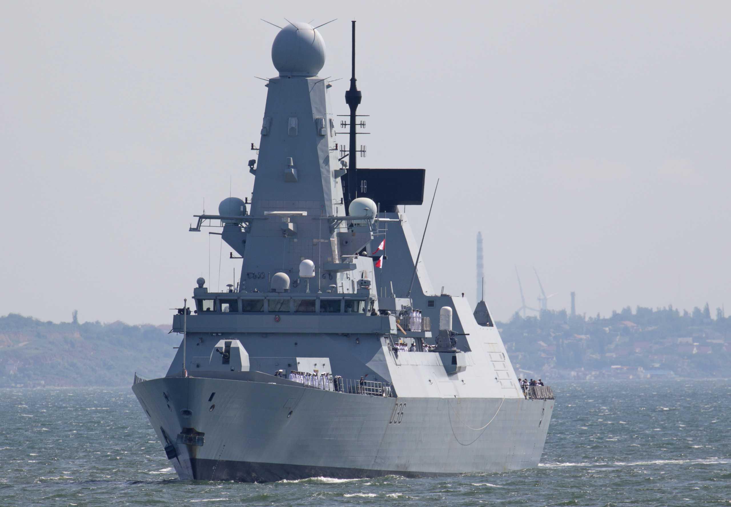 Λονδίνο διαψεύδει Μόσχα: Ούτε πυρά, ούτε βόμβες εναντίον του πλοίου μας στη Βόρεια Θάλασσα