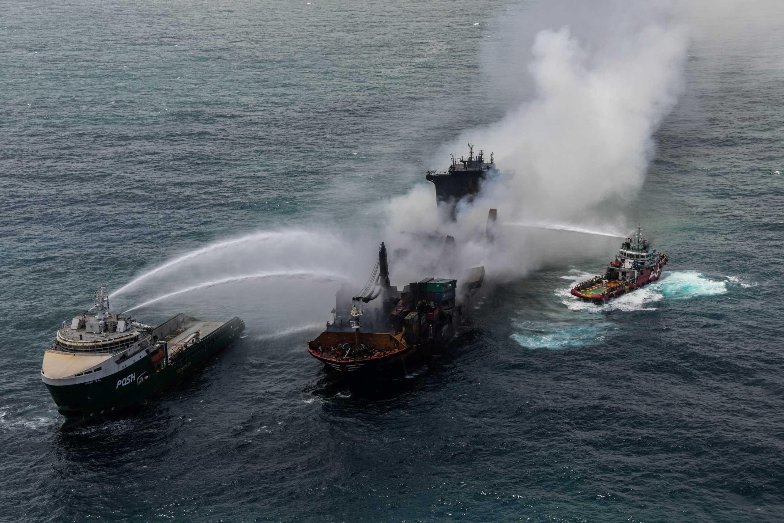 Γέμισαν μικροπλαστικά οι ακτές της Σρι Λάνκα – Έτοιμο να βυθιστεί το MV X-Press Pearl (pics, vids)