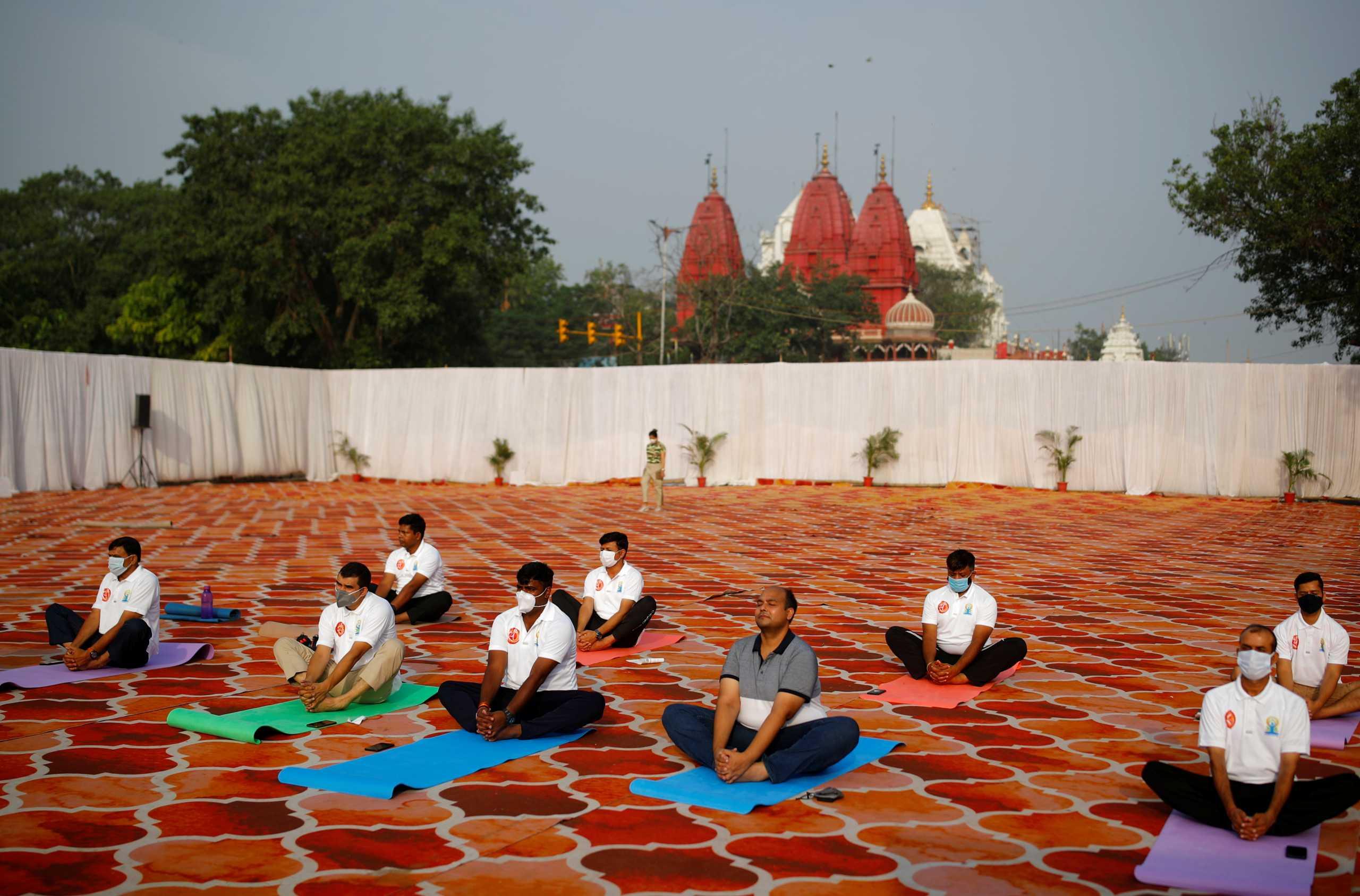 Ινδία: Με 1.422 νεκρούς από κορονοϊό, μιλούν για τα οφέλη της… γιόγκα στην αντιμετώπιση της πανδημίας