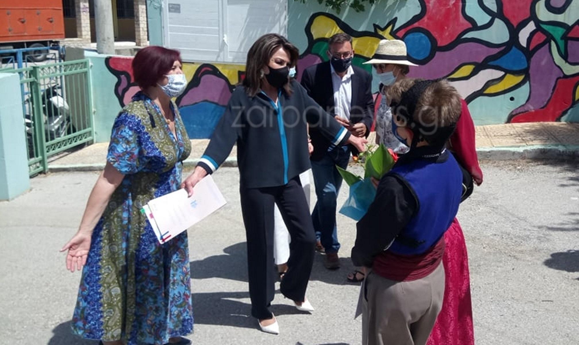 Η Γιάννα Αγγελοπούλου σε σχολεία στα Χανιά – Έγινε δεκτή με δώρα και μαντινάδες (pics, vid)