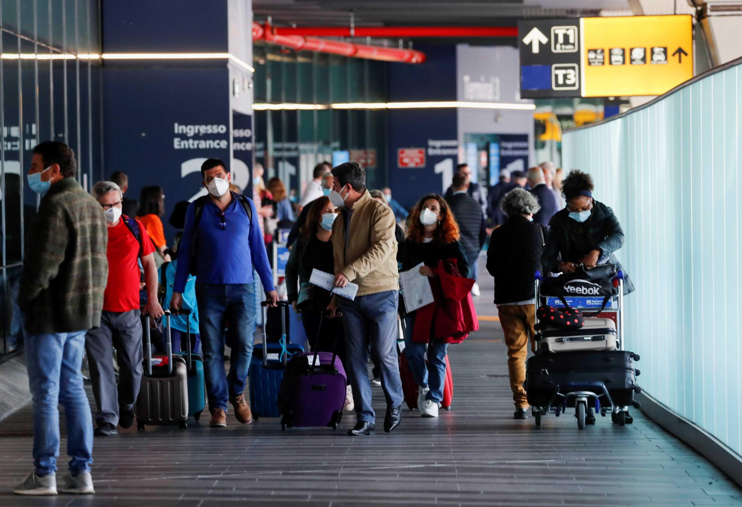 Βρετανία: Εντείνονται οι πιέσεις στην κυβέρνηση για να χαλαρώσει τους ταξιδιωτικούς περιορισμούς
