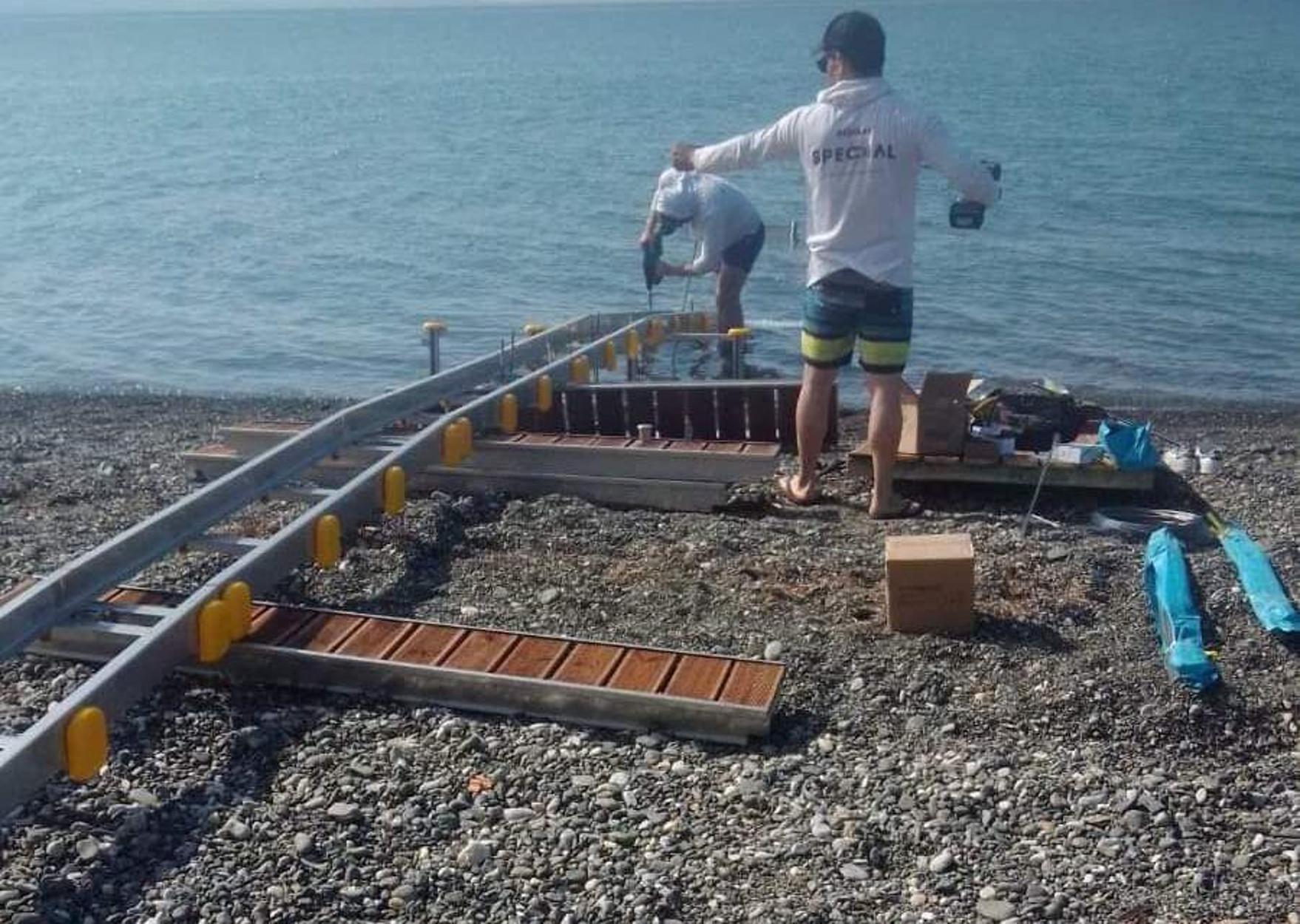 Ψαχνά: Κατήγγειλε την τοποθέτηση ράμπας ΑΜΕΑ στην παραλία για… καταπάτηση αιγιαλού