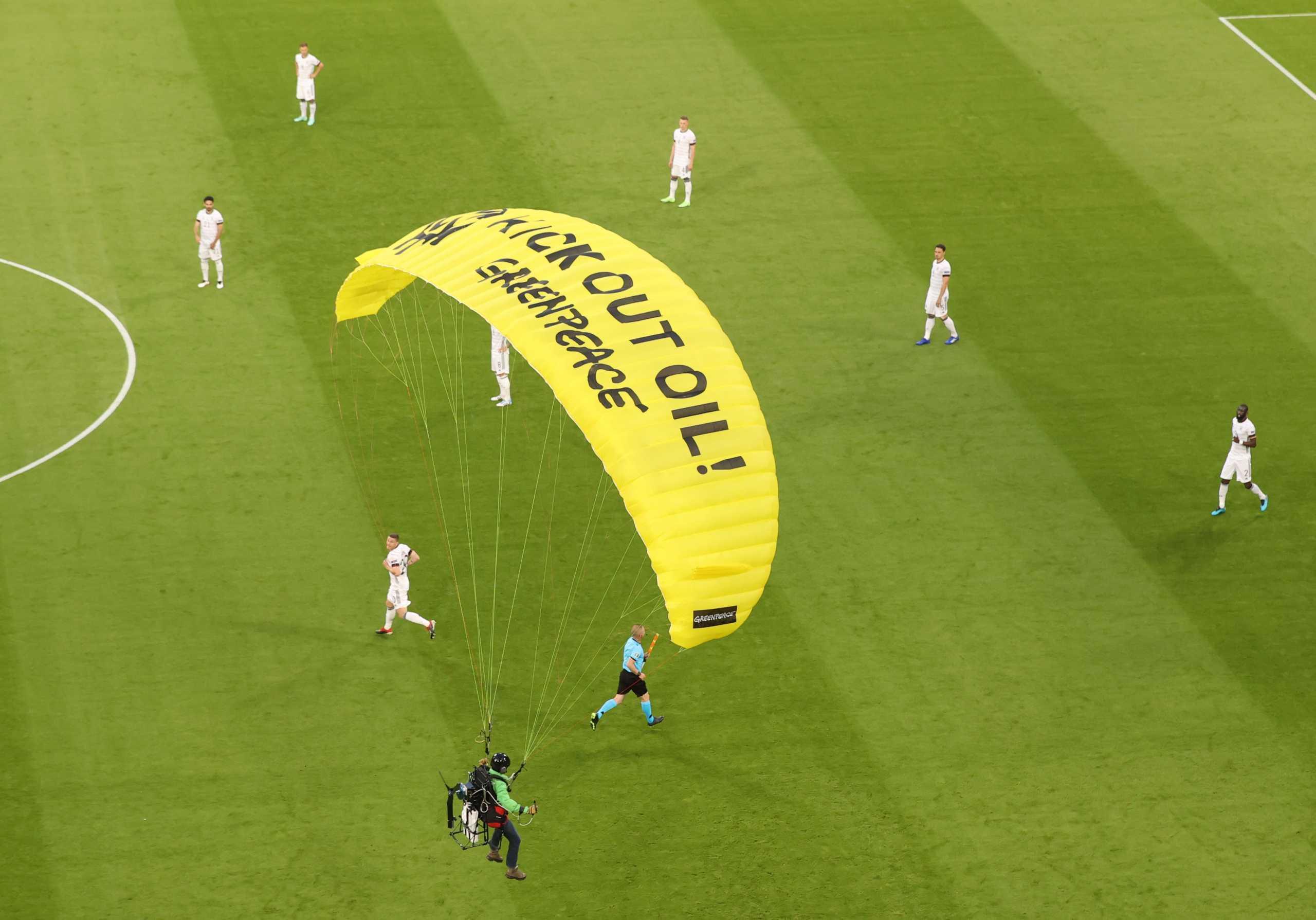 Euro 2020: Ανεμόπτερο εισέβαλε στο γήπεδο πριν το Γαλλία – Γερμανία