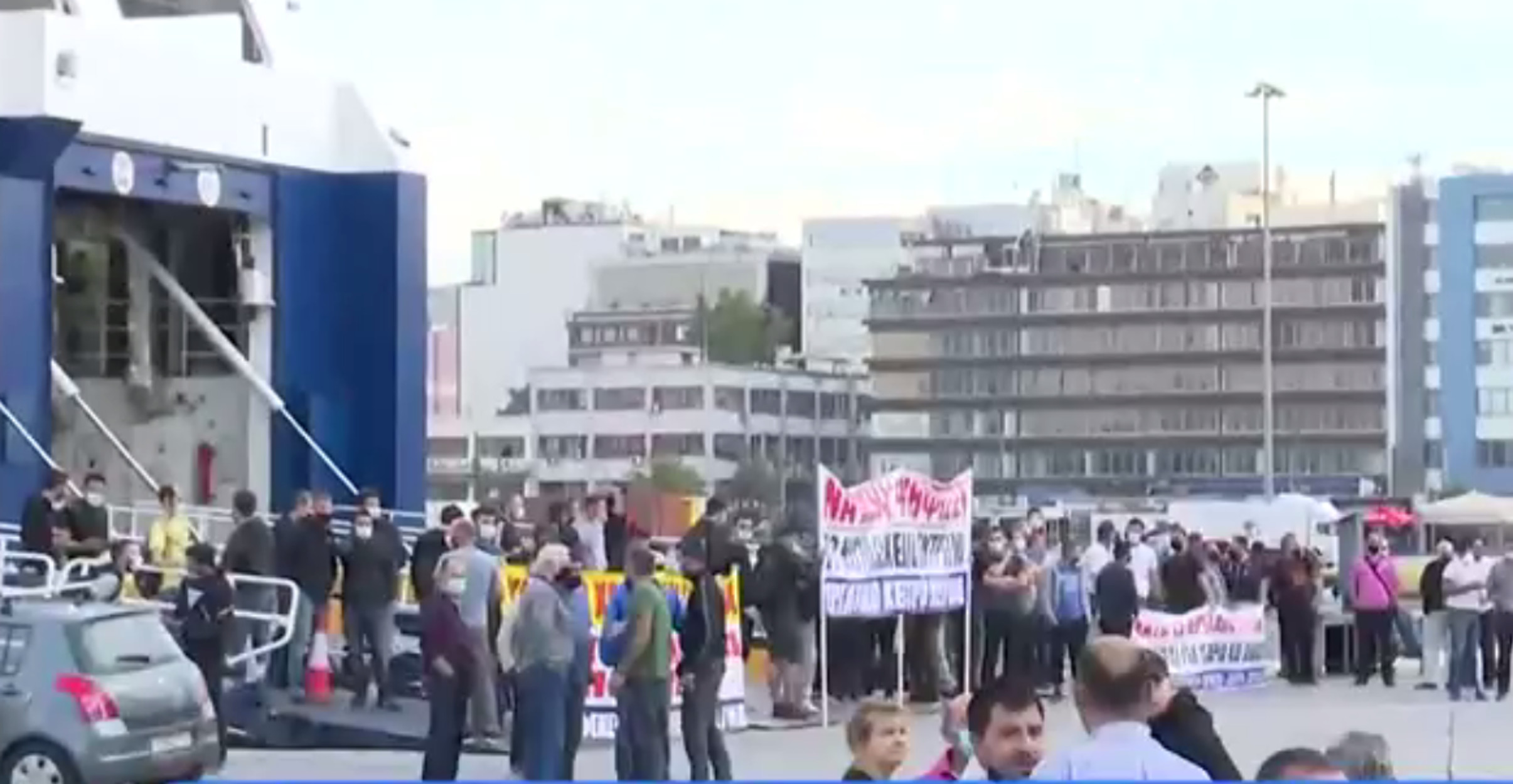 Απεργία ΠΝΟ: Χαμός από κόσμο στο λιμάνι του Πειραιά – Στους καταπέλτες των πλοίων οι ναυτεργάτες (video)